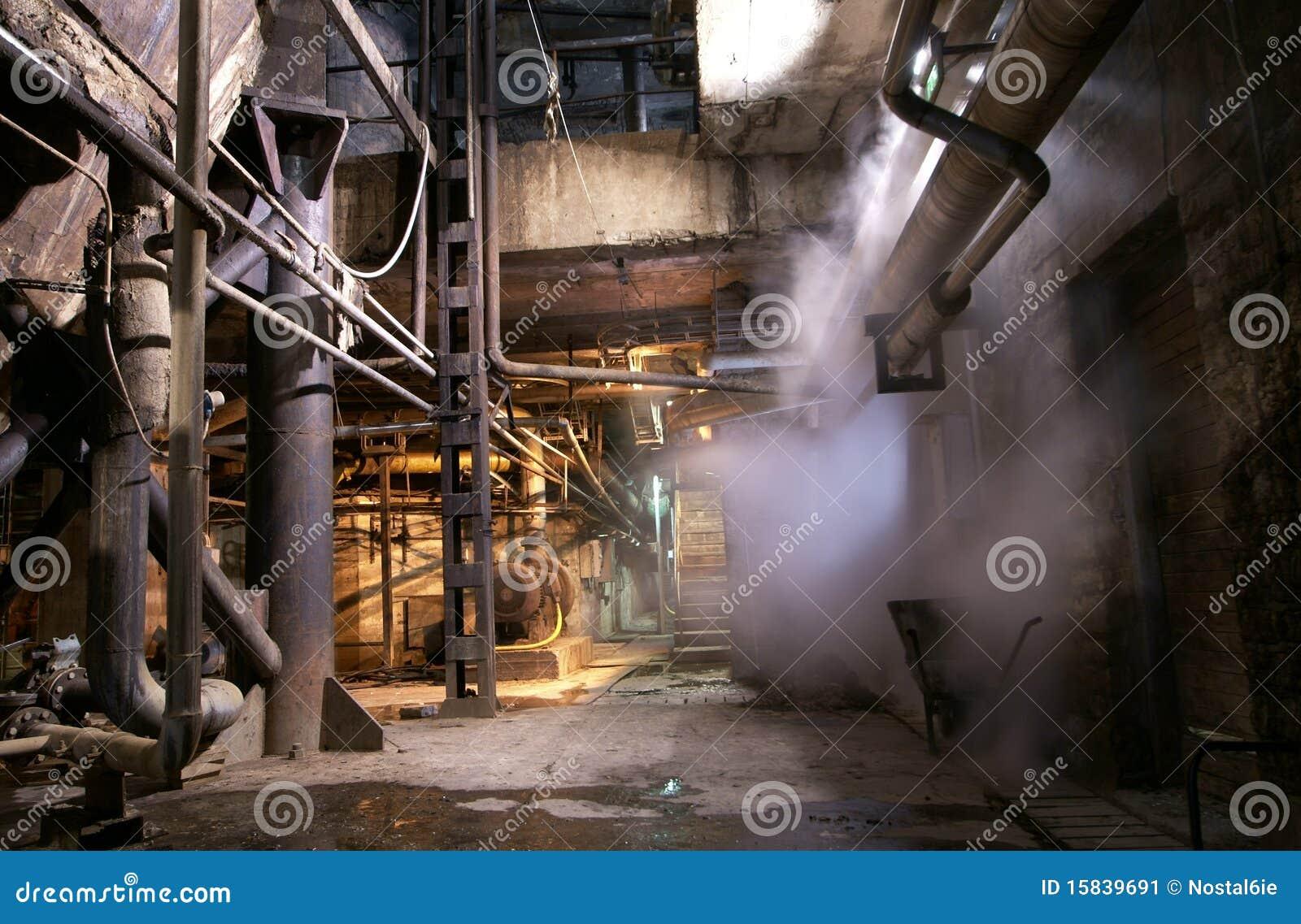 De oude verlaten pijp van de fabrieksstoom
