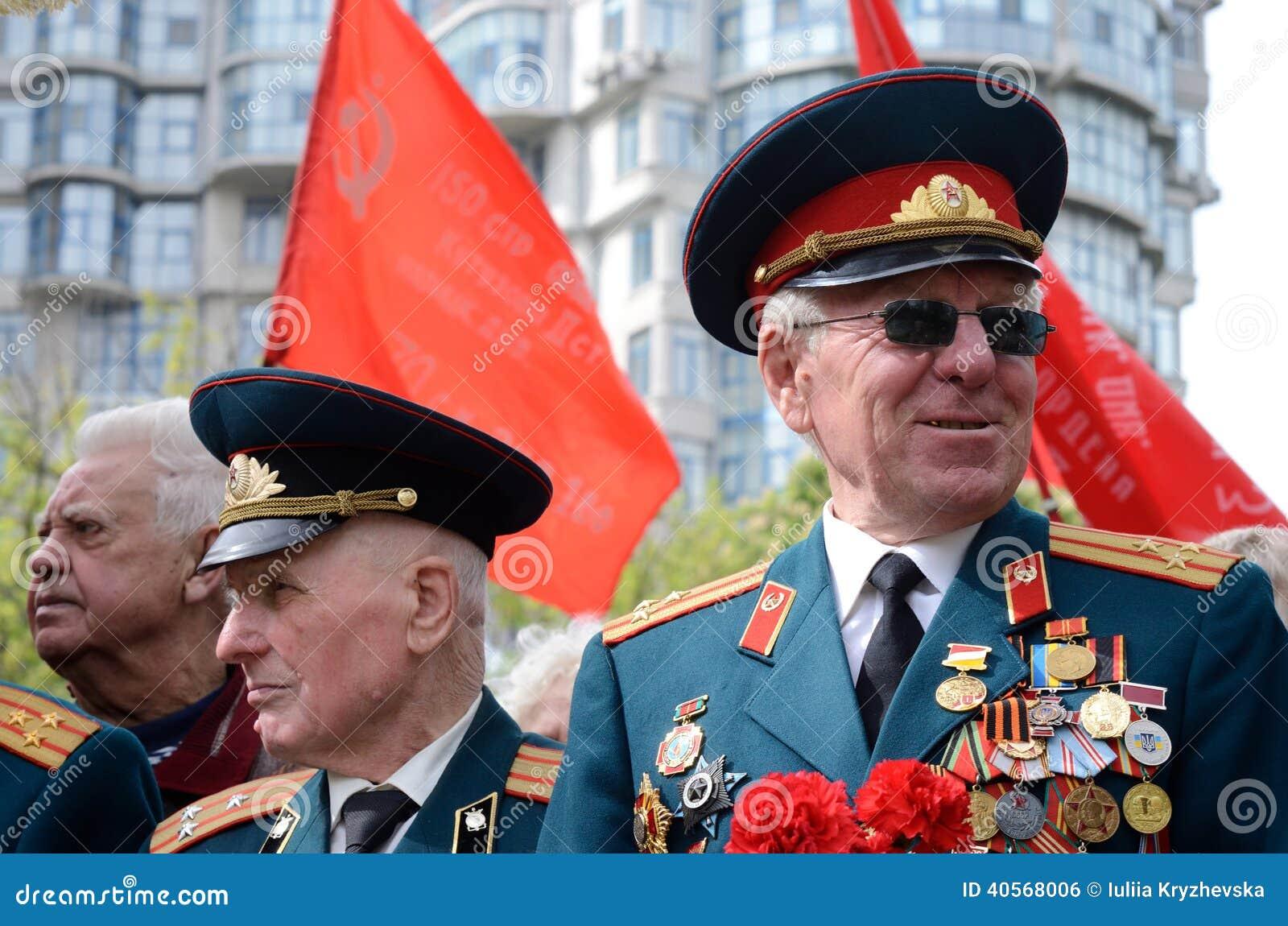 De oude veteranen komen Victory Day in herdenking van Sovjetmilitairen vieren die tijdens Grote Patriottische Oorlog, Odessa, de