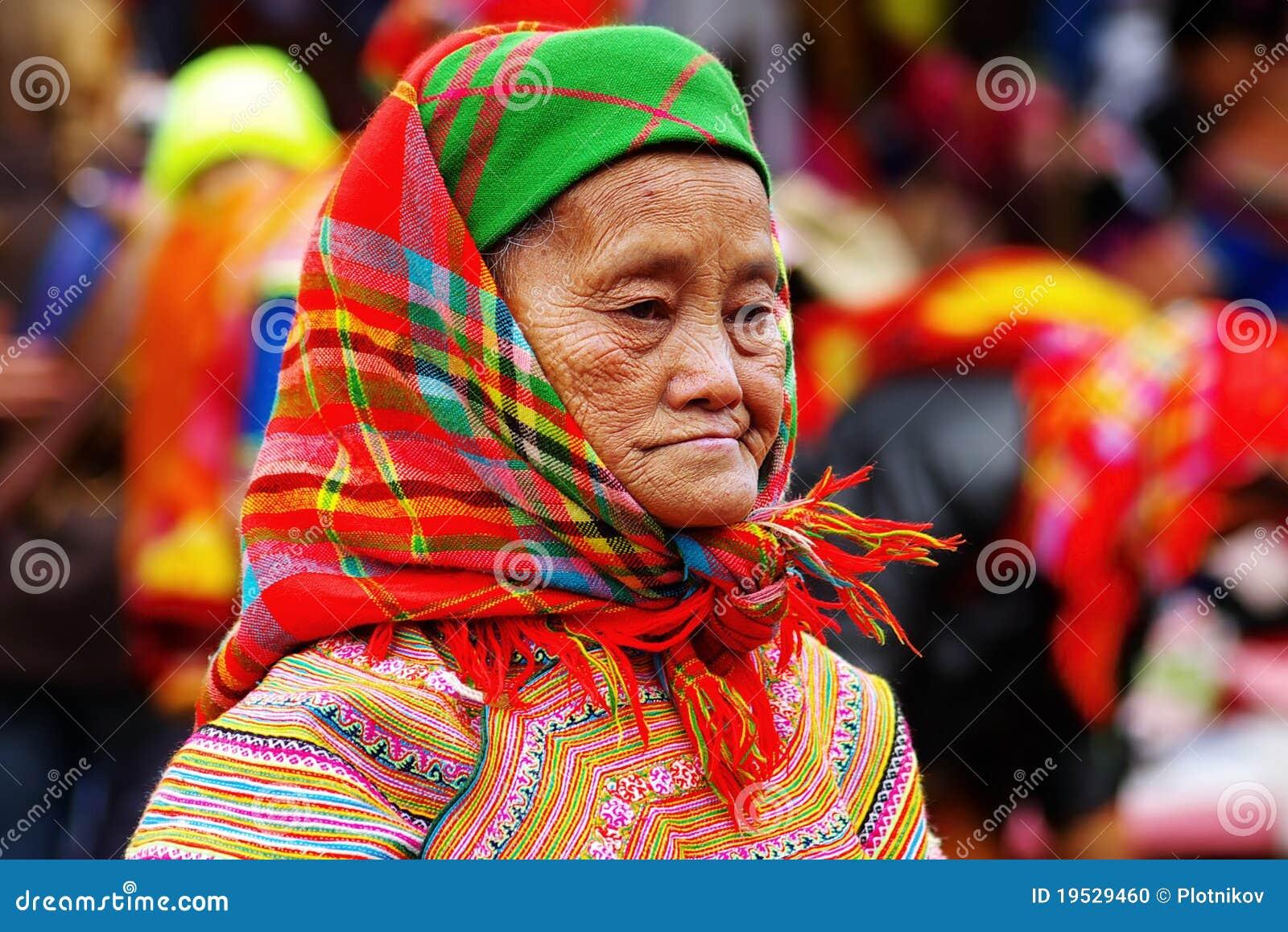 De oude vrouw op de markt in Bac Ha, Vietnam