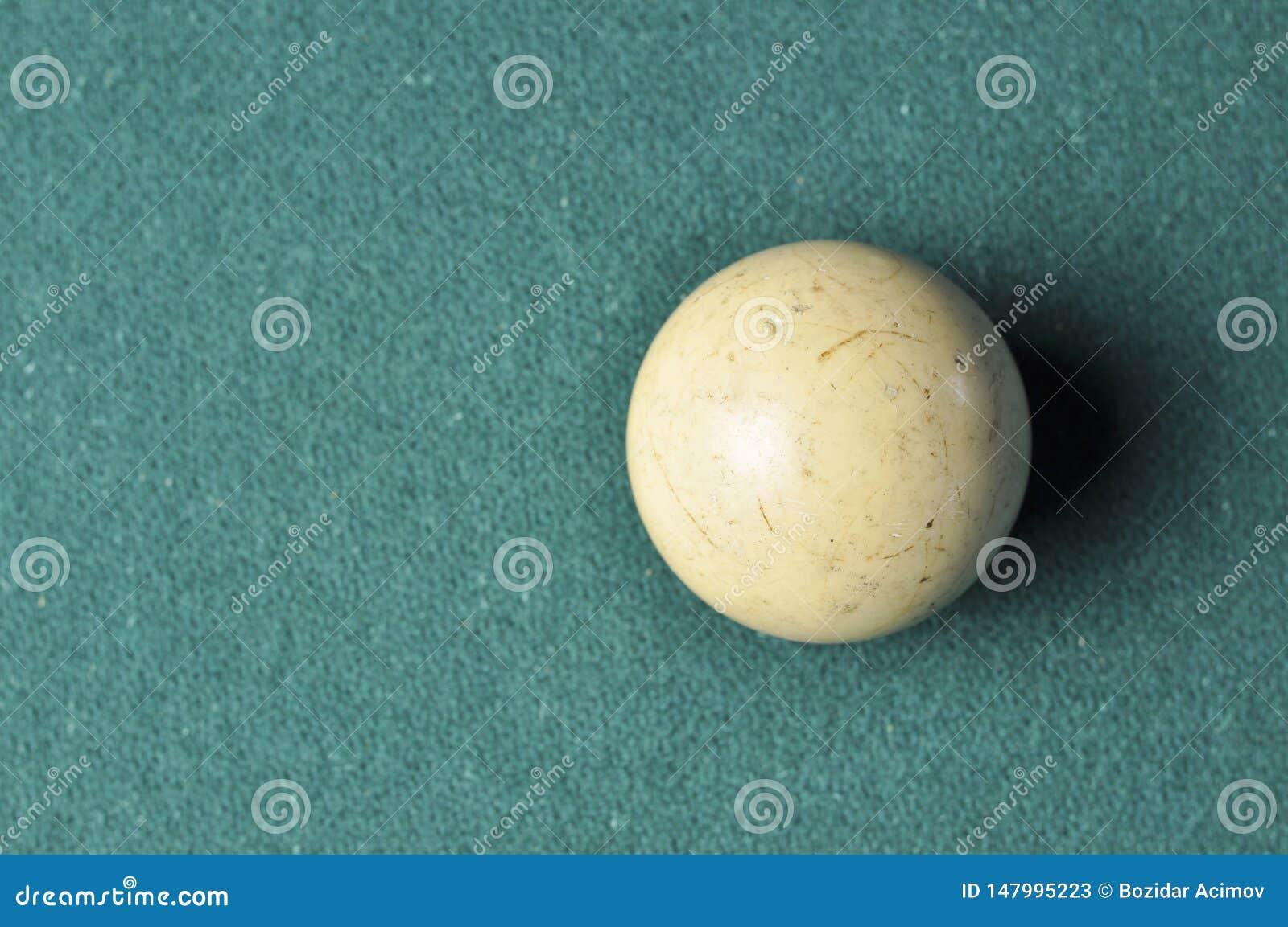 De oude witte kleur van de biljartbal op groene biljartlijst, exemplaarruimte