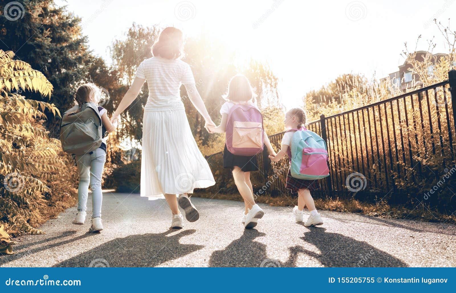 De ouder en de leerlingen gaan naar school
