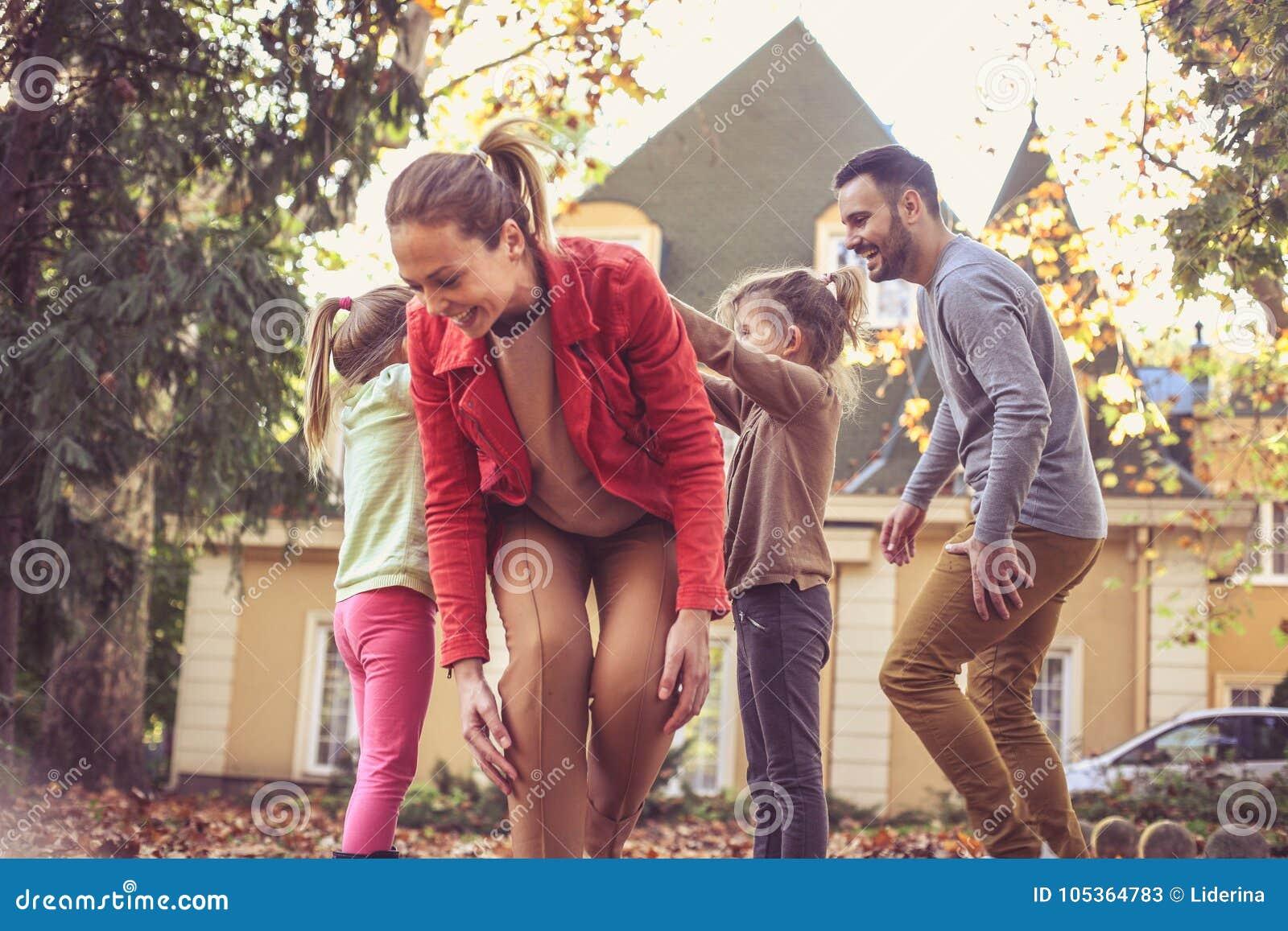 De ouders hebben spel met kinderen Moeder die onder hand lopen