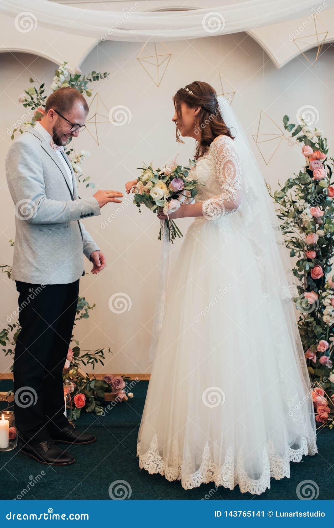 An?is de ouro do casamento da troca dos noivos