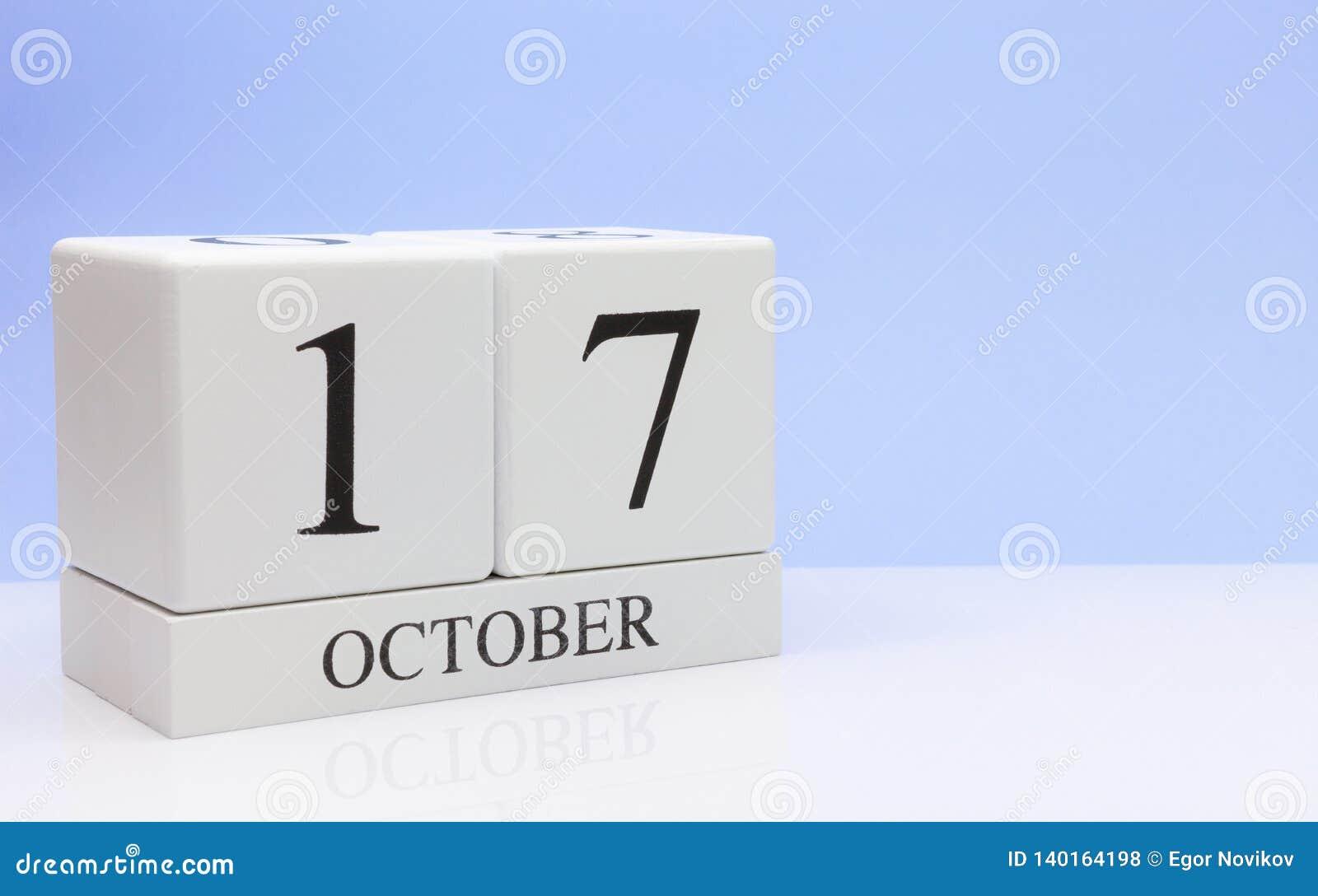 17 de outubro dia 17 do mês, calendário diário na tabela branca com reflexão, com claro - fundo azul Tempo do outono, espaço vazi