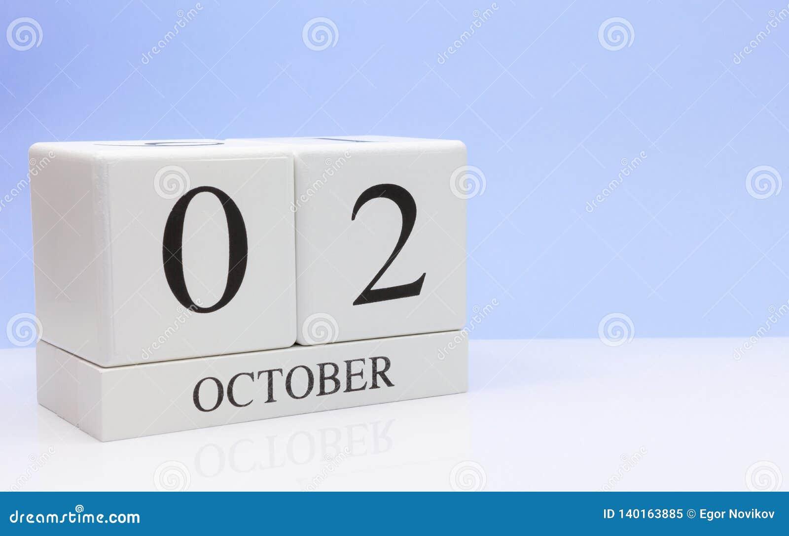 2 de outubro dia 2 do mês, calendário diário na tabela branca com reflexão, com claro - fundo azul Tempo do outono, espaço vazio