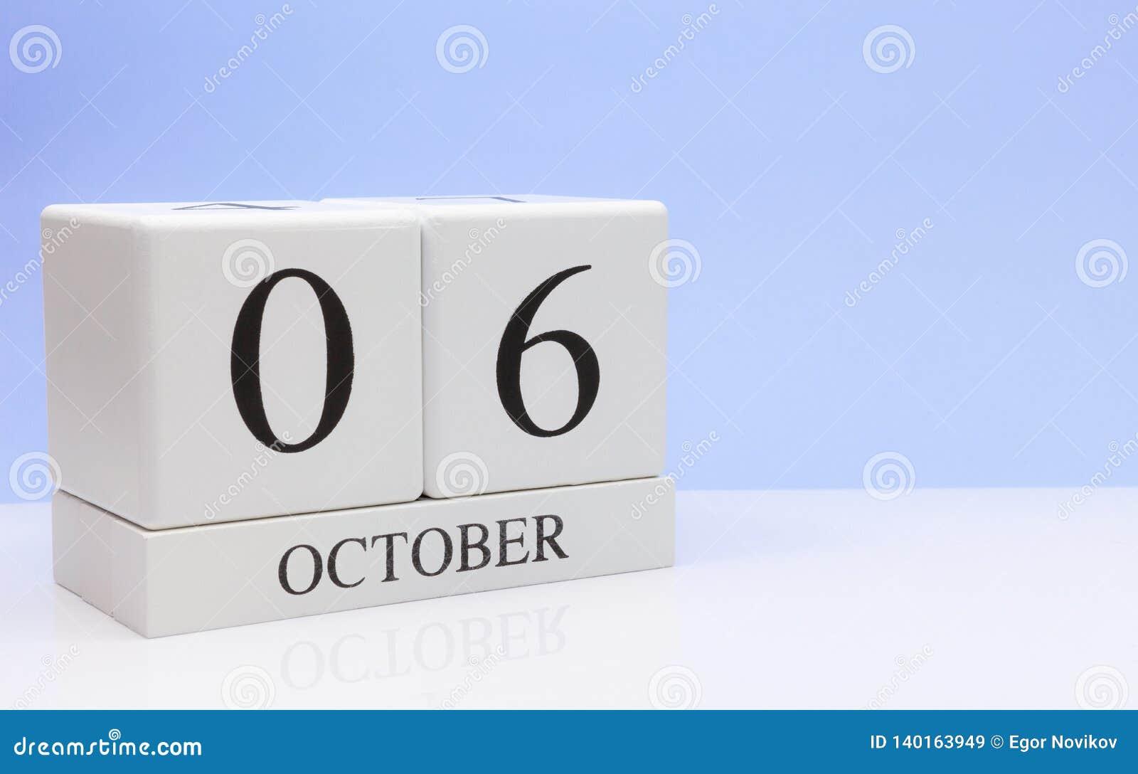 6 de outubro dia 6 do mês, calendário diário na tabela branca com reflexão, com claro - fundo azul Tempo do outono, espaço vazio