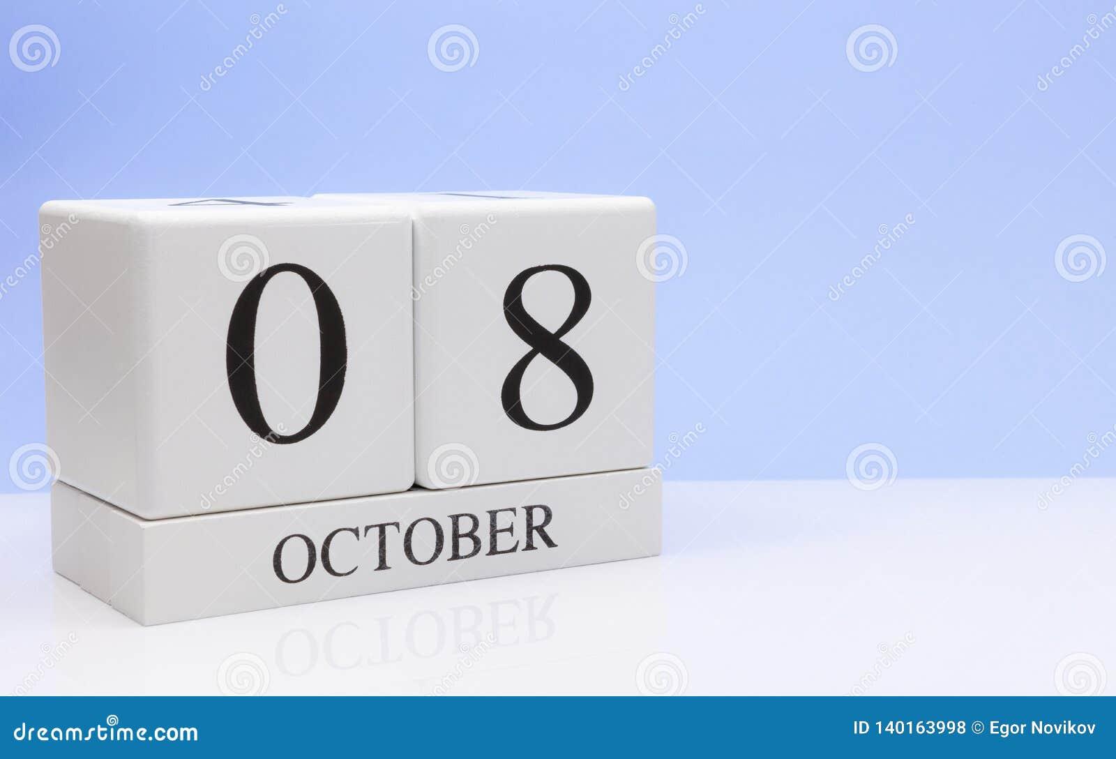 8 de outubro dia 8 do mês, calendário diário na tabela branca com reflexão, com claro - fundo azul Tempo do outono, espaço vazio