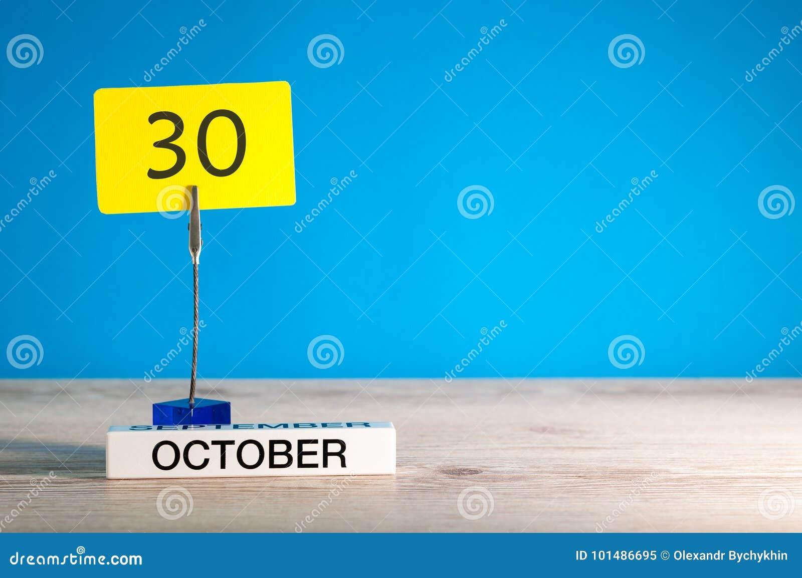 30 de outubro Dia 30 do mês de outubro, calendário no local de trabalho com fundo azul Autumn Time Espaço vazio para o texto