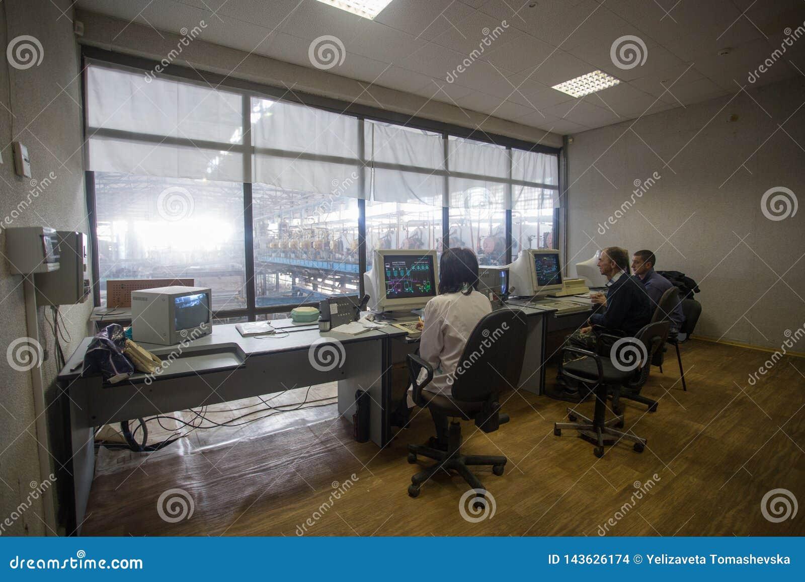 10 de outubro de 2014 ucr?nia kiev Indústria e povos do assunto no trabalho Os Caucasians na sala de comando da fábrica estão mon