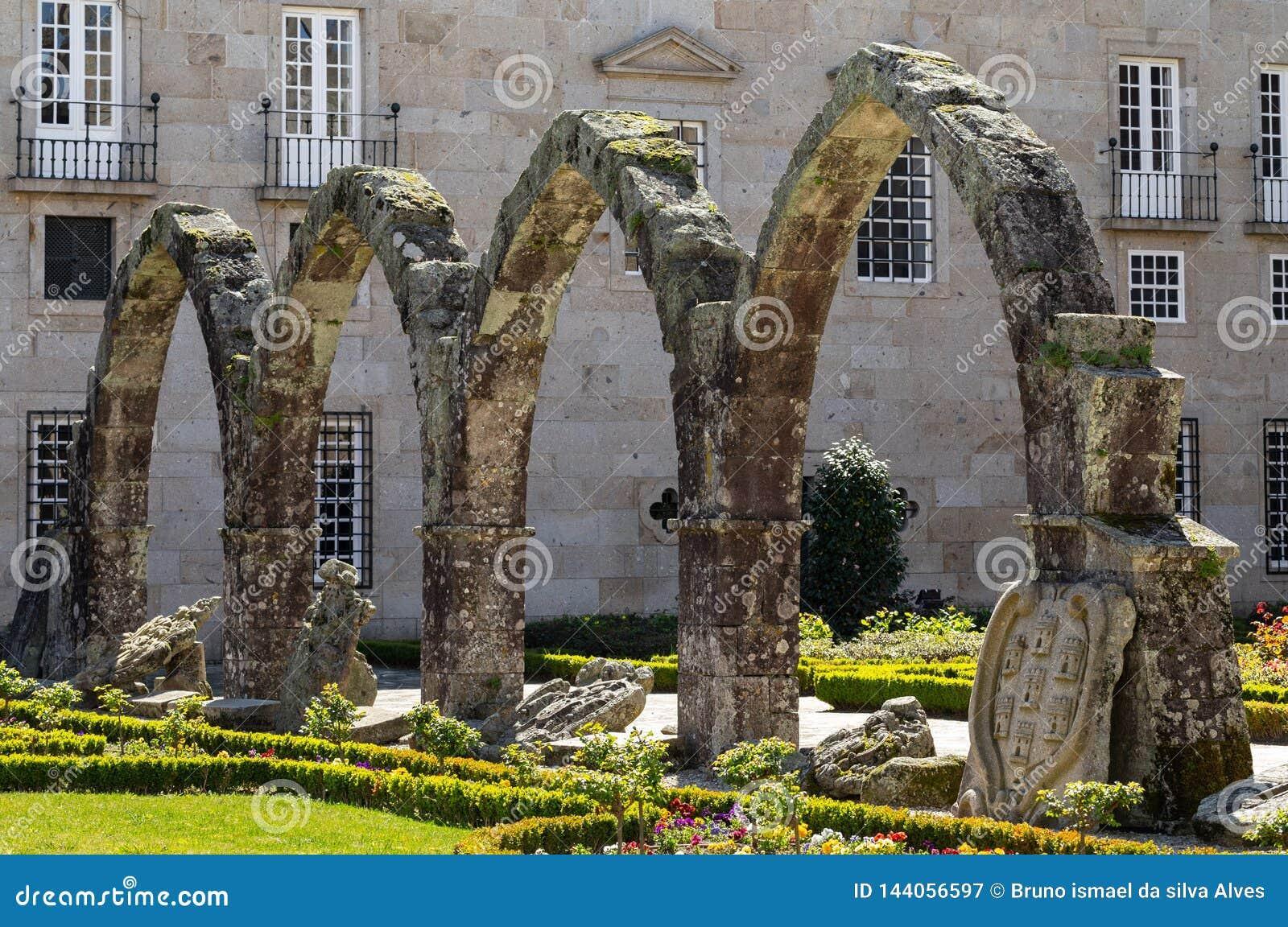 De overblijfselen van de middeleeuwse arcade van het paleis die de zuidwestenhoek van de tuin van Santa Barbara in Braga vormen