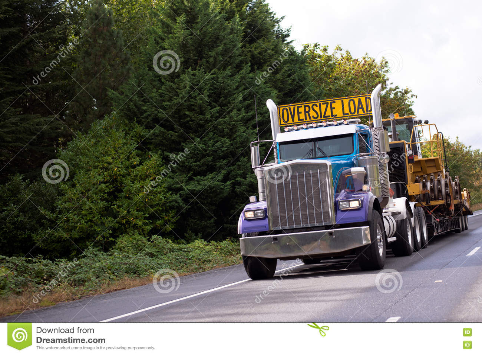 De overmaatse klassieke semi vrachtwagen van de ladings grote installatie met stap - onderaan vlak bed