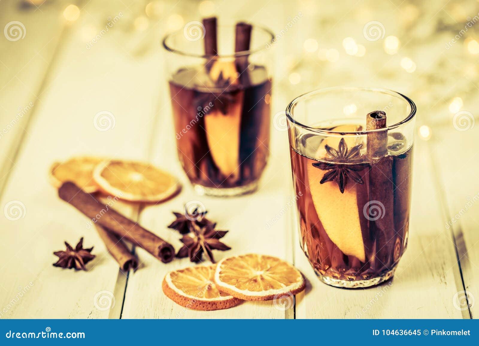 Download De Overwogen Wijn In Nachtviering Van Nieuwjaarpartij En Delicatessenwinkel Stock Afbeelding - Afbeelding bestaande uit kaneel, anise: 104636645