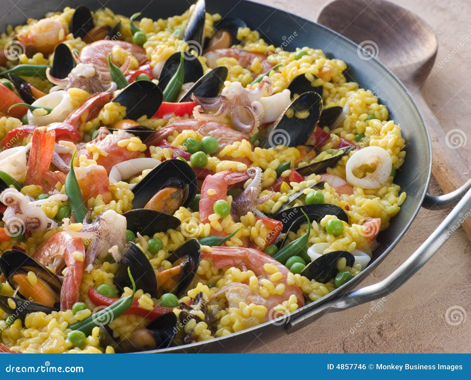 De Paella van zeevruchten in een Pan