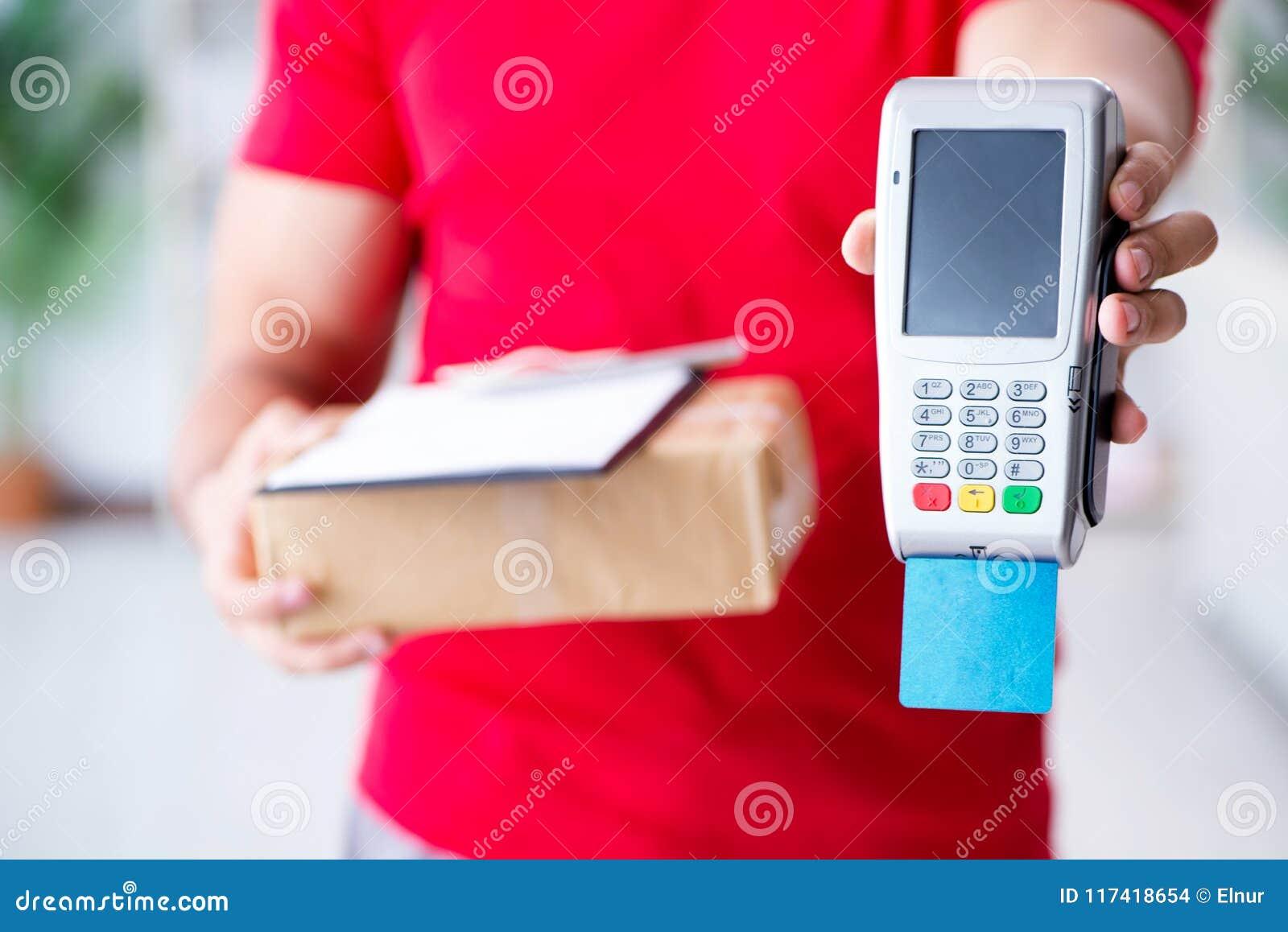 De pakketlevering die met pos en creditcard worden betaald