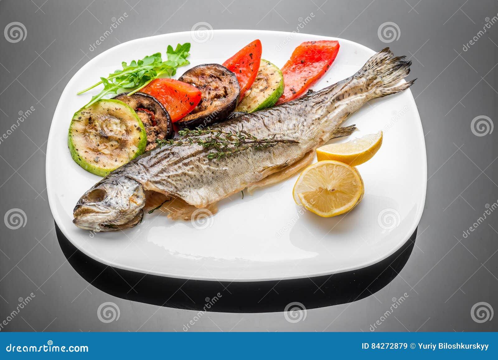 De pan braadde de geroosterde geroosterde gekookte gehele kabeljauw van de de overzeese baarzenzalm van de vissenforel