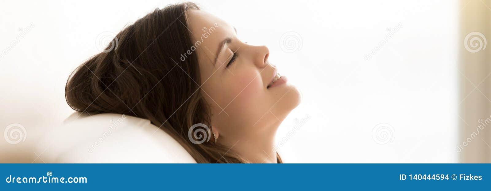 De panoramische gesloten ogen die van de zijaanzichtvrouw gezicht op laag rusten