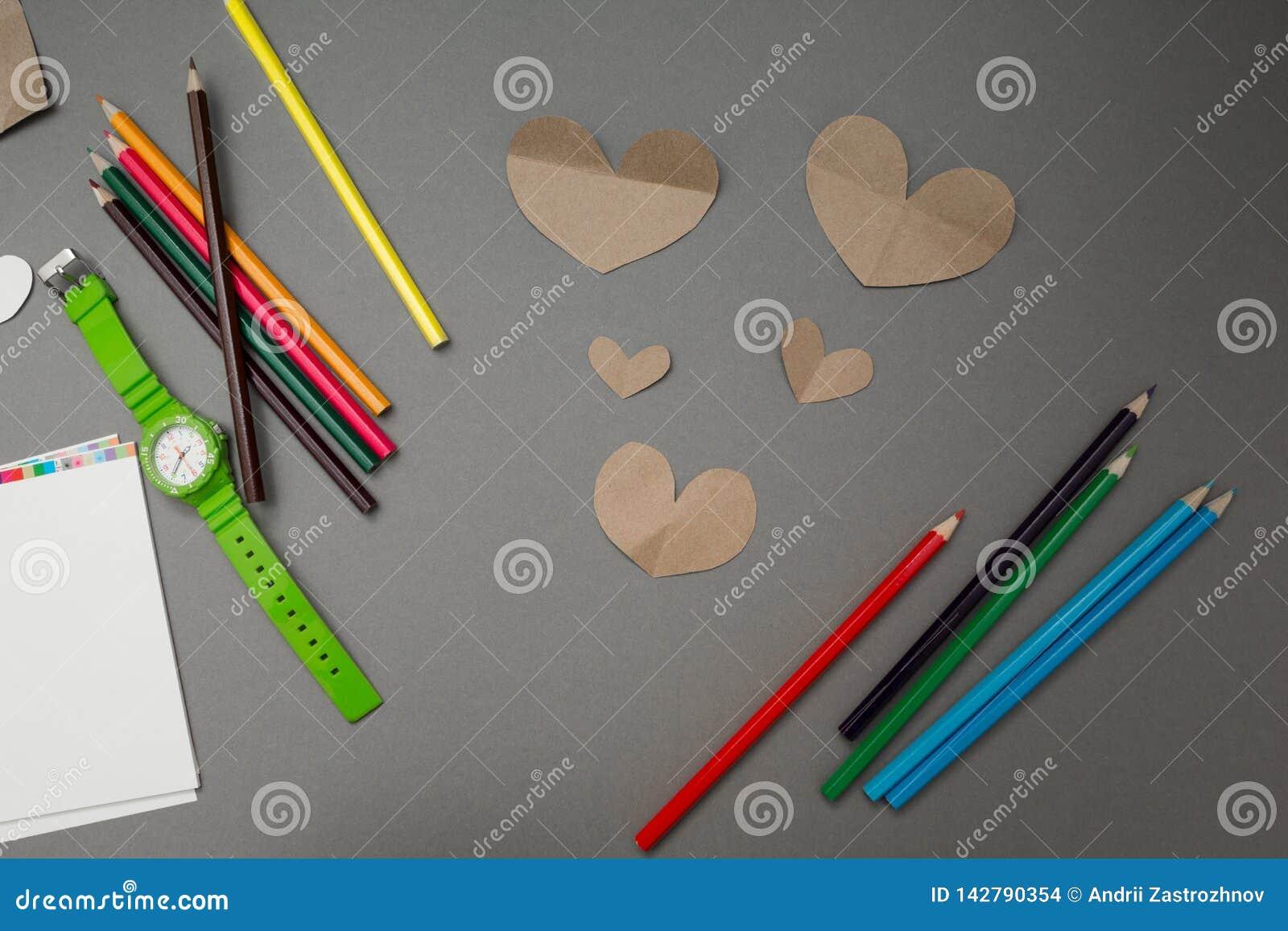 _de papier coeur et colorer crayon sur un gris fond