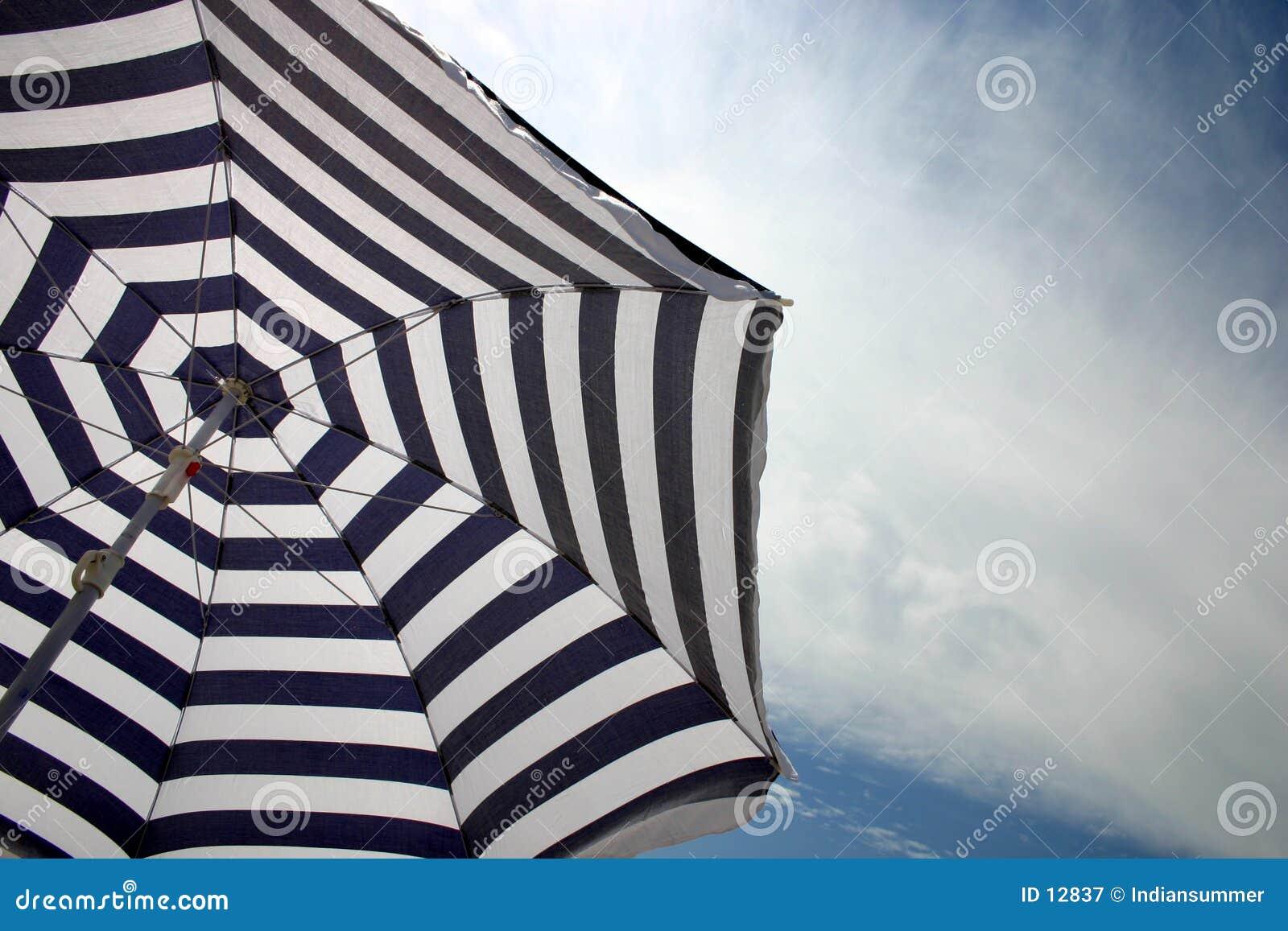 De paraplu van het strand