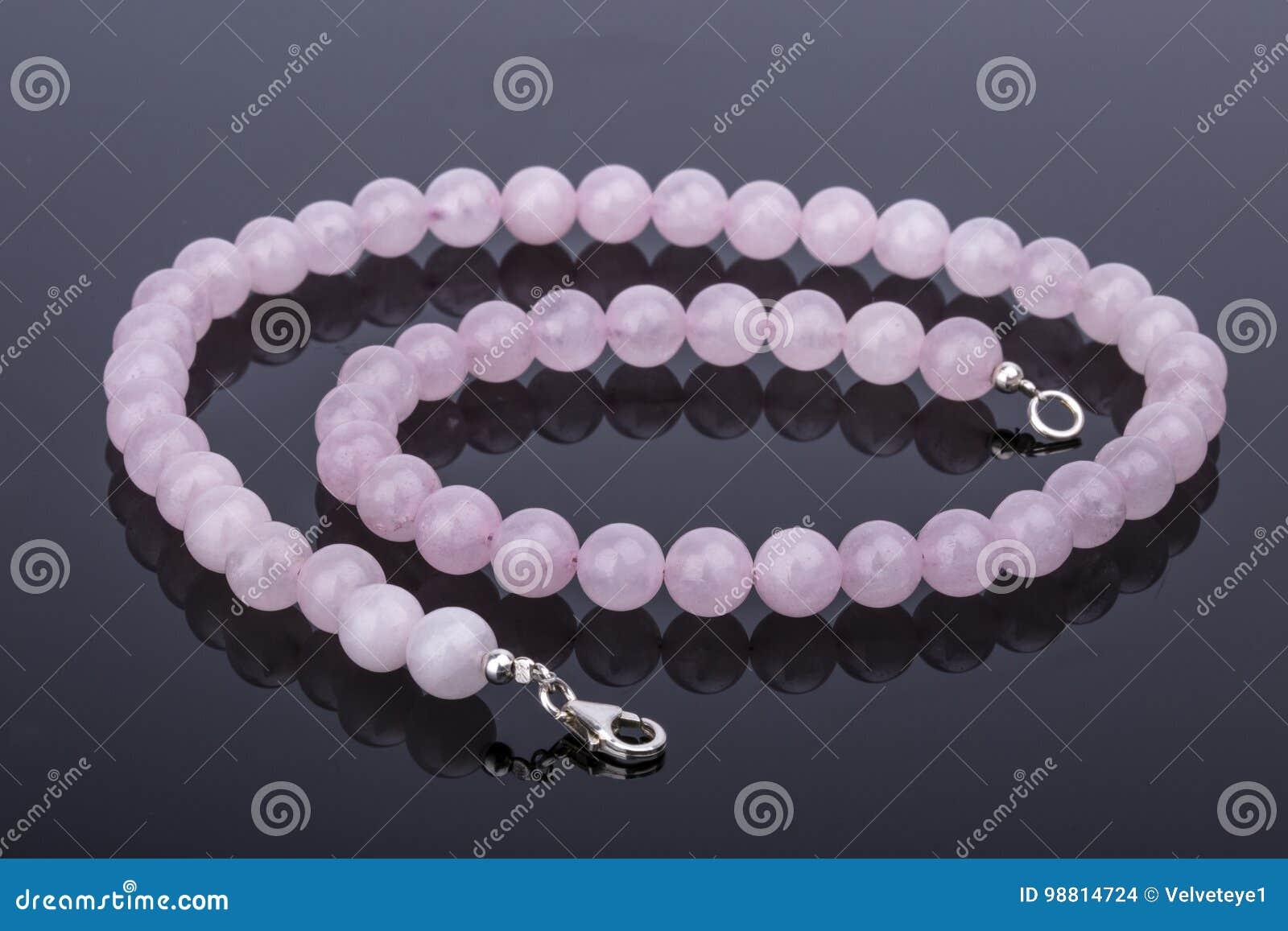 De parelhalsband van het mooie en luxe Roze Kwarts op weerspiegelend