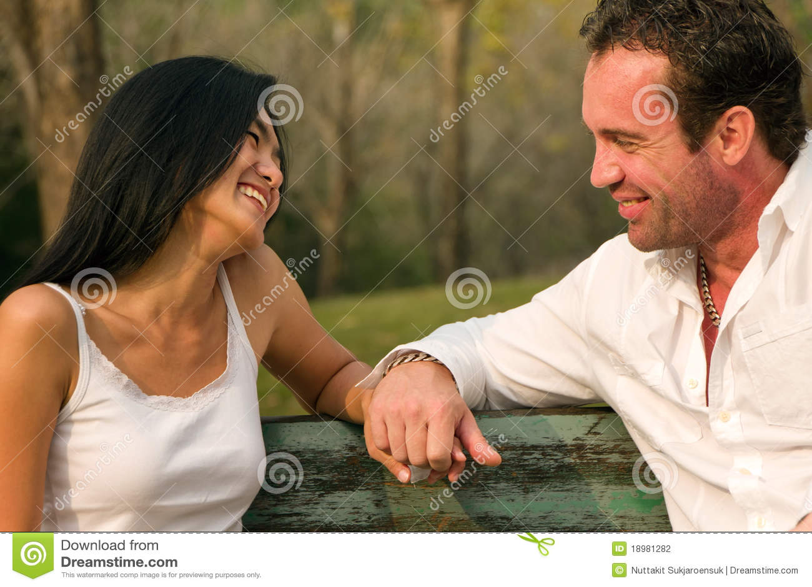 De paren zaten hand in hand en glimlach