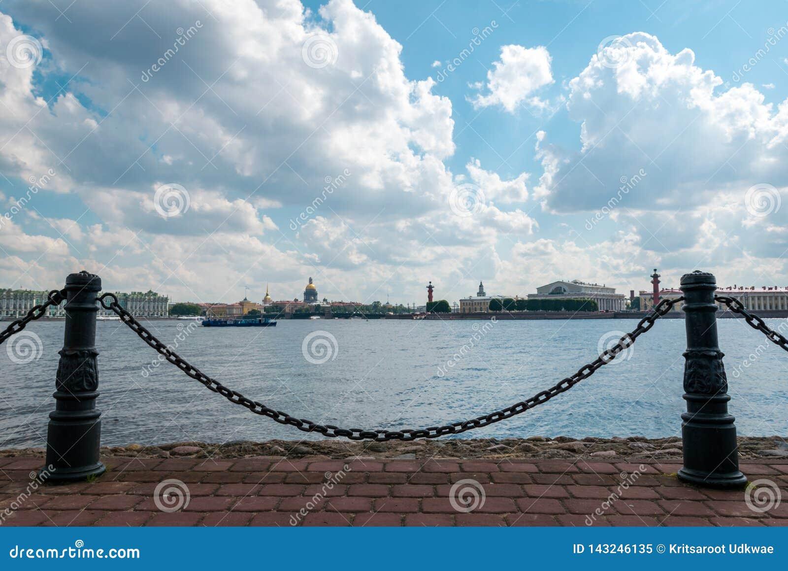 De parkmening van Peter en Paul Cathedral-eiland in St. Petersburg, Rusland