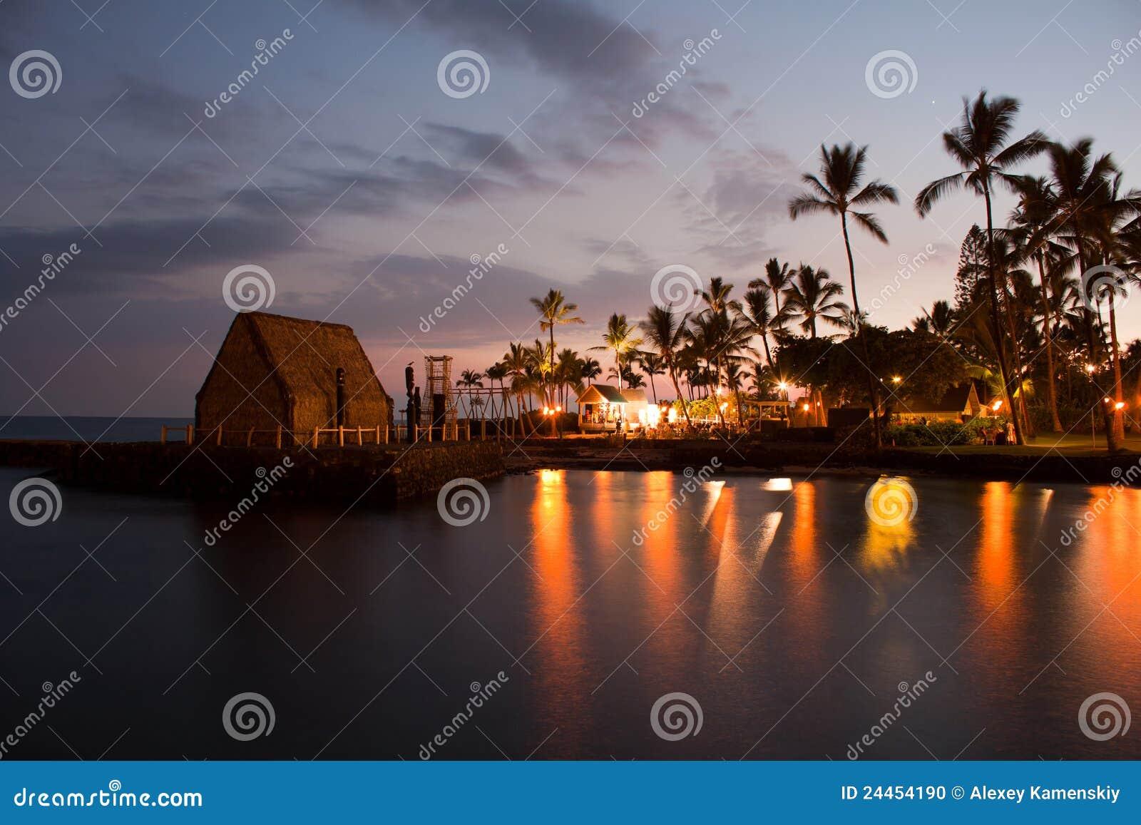 De partij Luau van het strand in Hawaï na zonsondergang