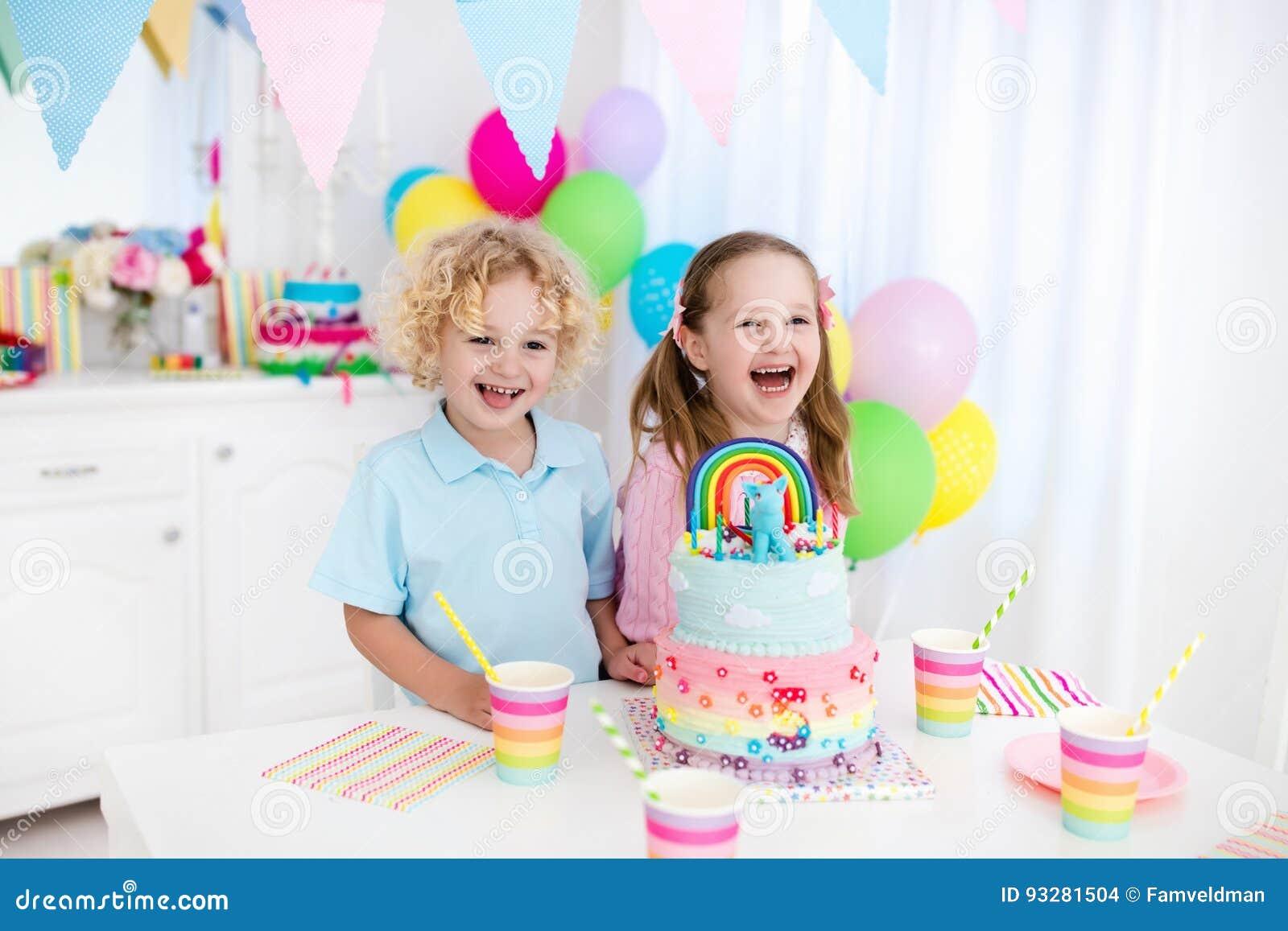 De partij van de jonge geitjesverjaardag met cake