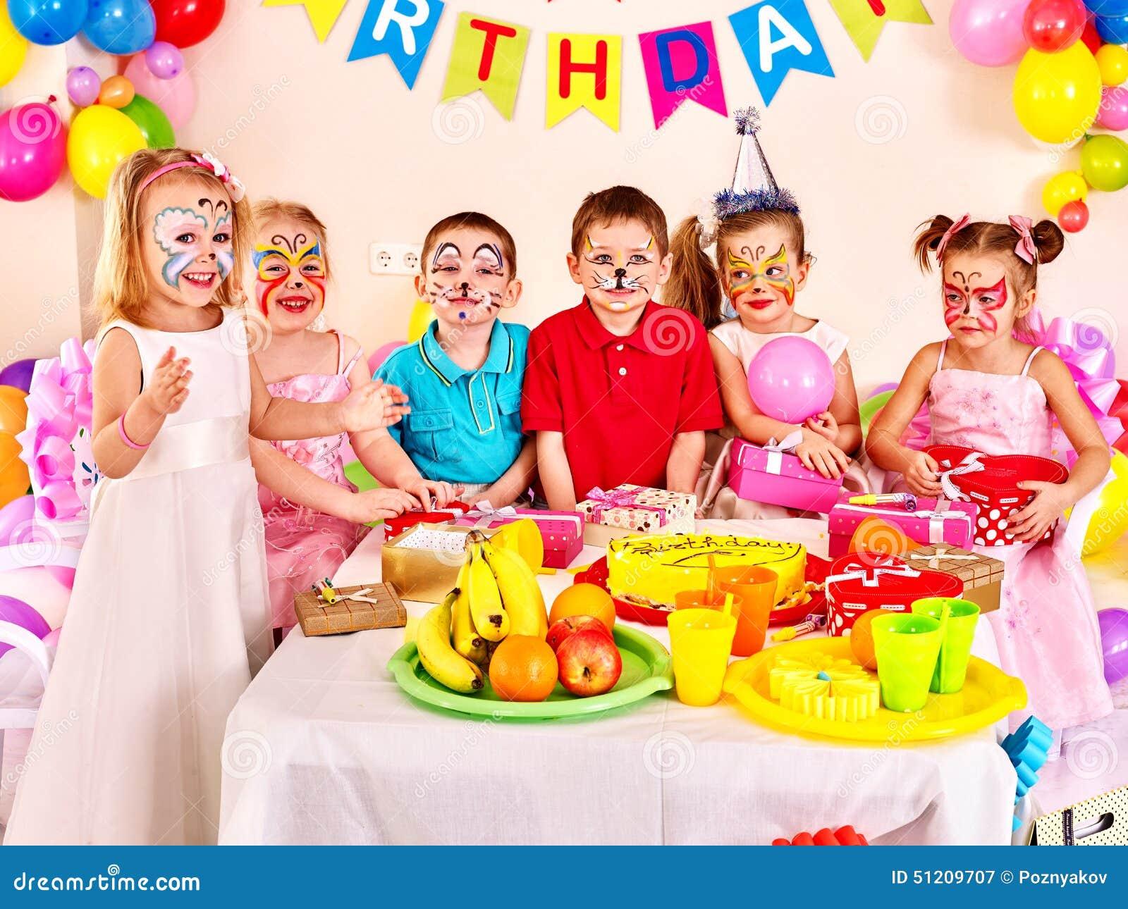 De Partij Van De Kinderen Het Gelukkige Verjaardag Eten Stock