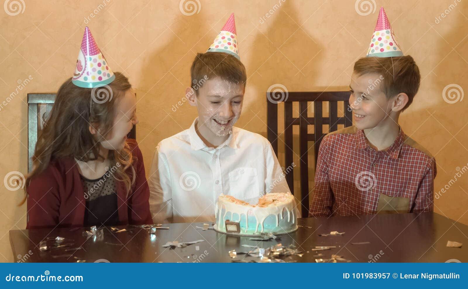 De partij van de kinderen` s verjaardag verjaardagscake voor weinig feestvarken Familieviering