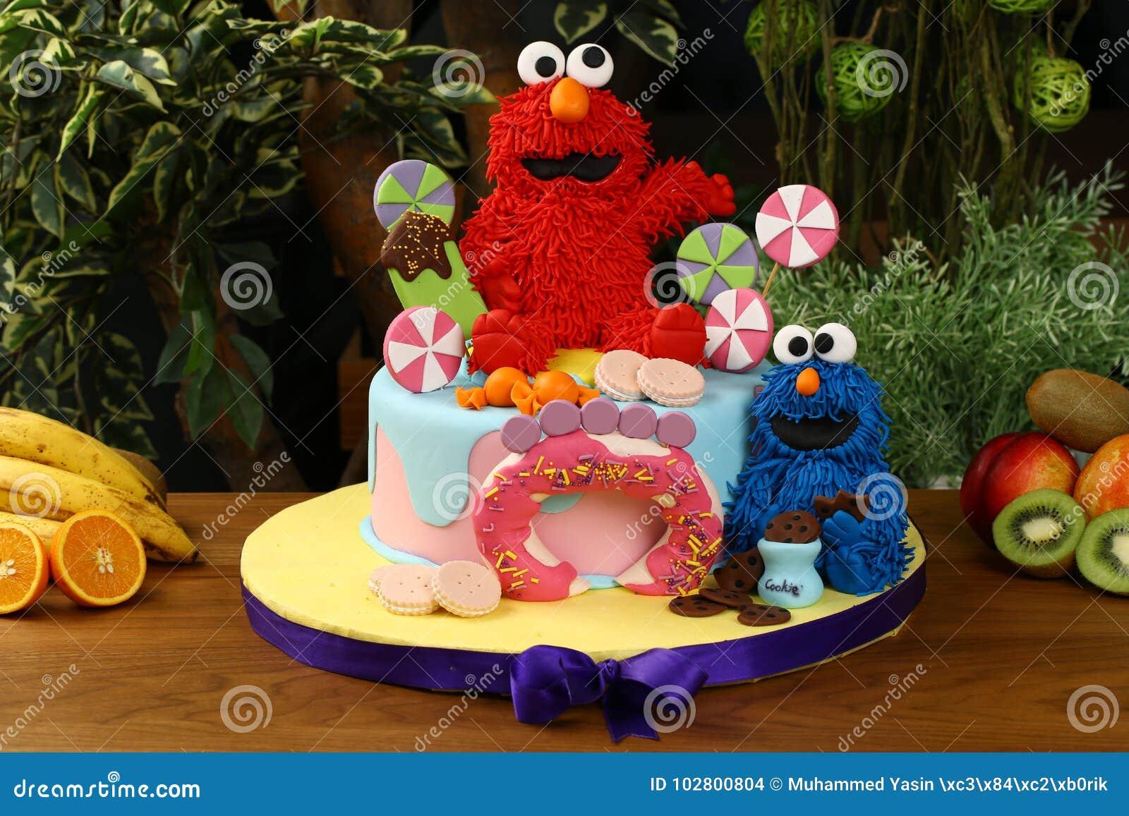 De partijcake van de jonge geitjesverjaardag - het concept van koekjesmonsters