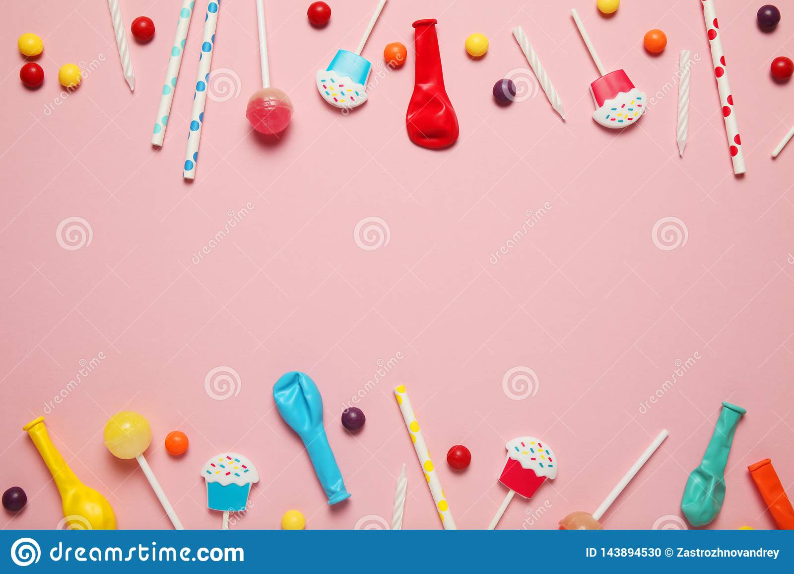 De partijdecoratie van de jonge geitjesverjaardag, roze patroon als achtergrond Kleurrijk suikergoed, heldere ballon, feestelijke