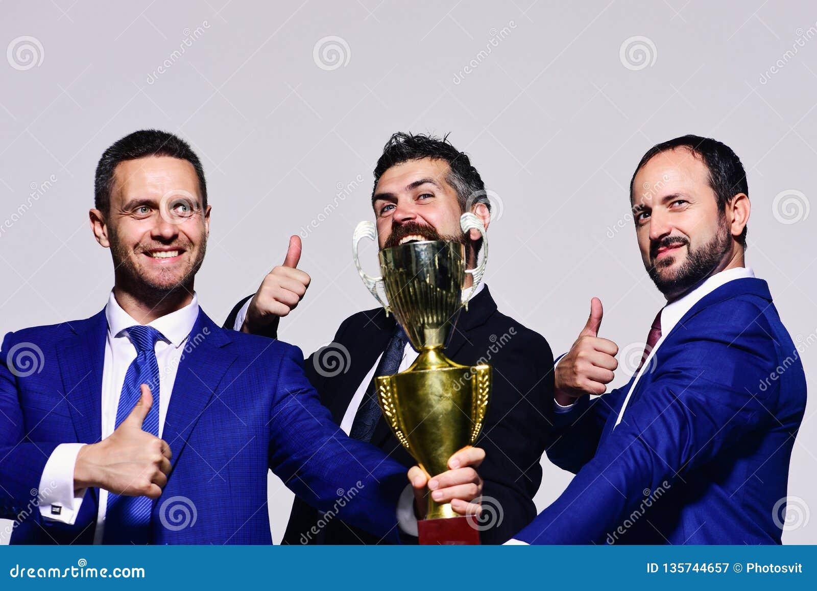 De partners vieren het winnen de concurrentie De bedrijfleiders houden gouden prijs