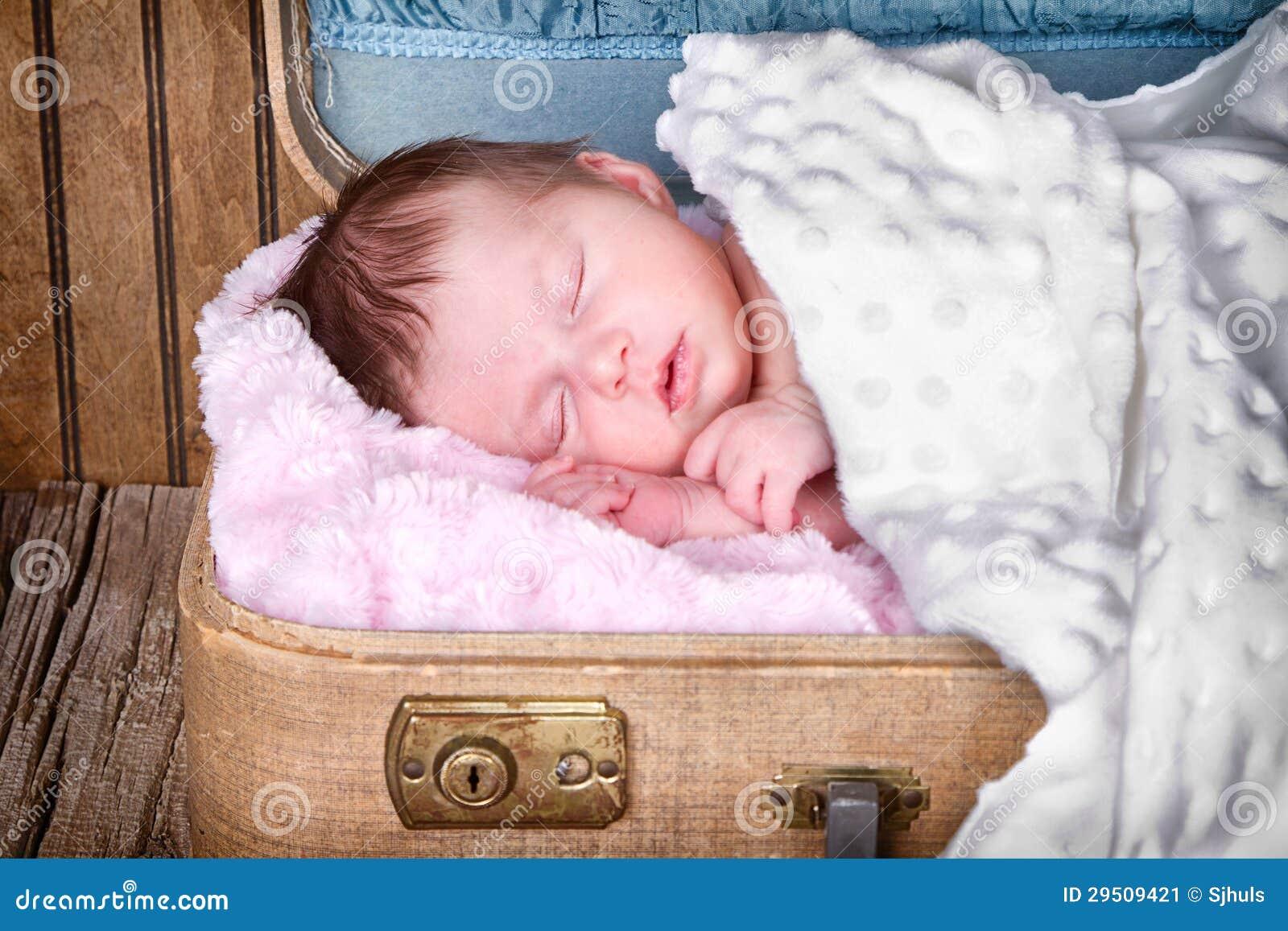 De pasgeboren slaap van de zuigelingsbaby