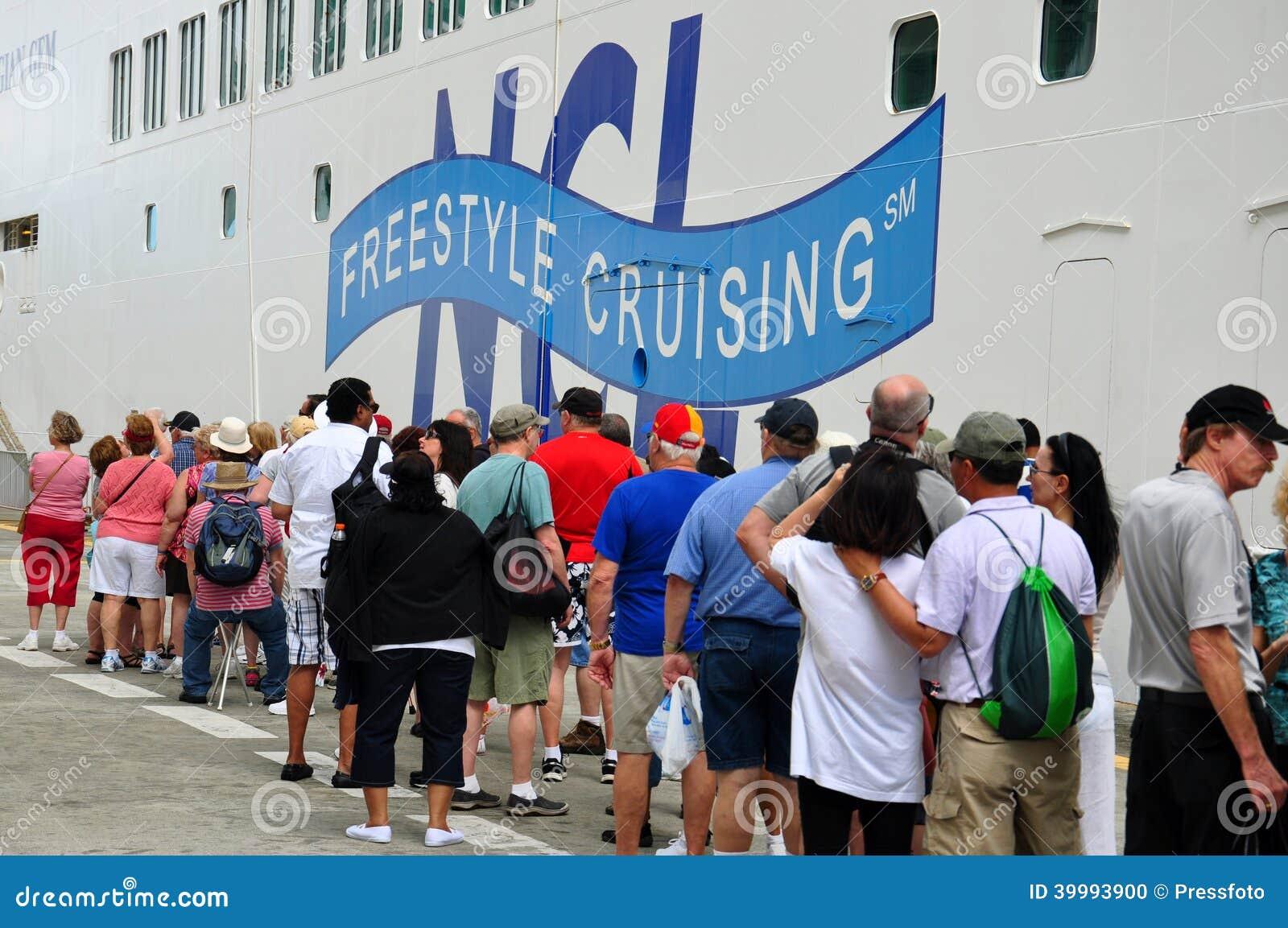 De passagiers vormen een rij