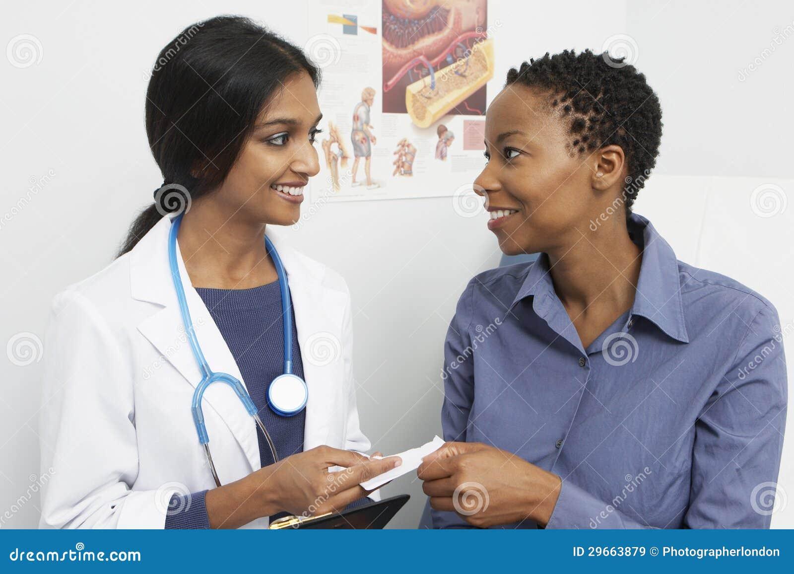 De Patiënt van artsengiving prescription to
