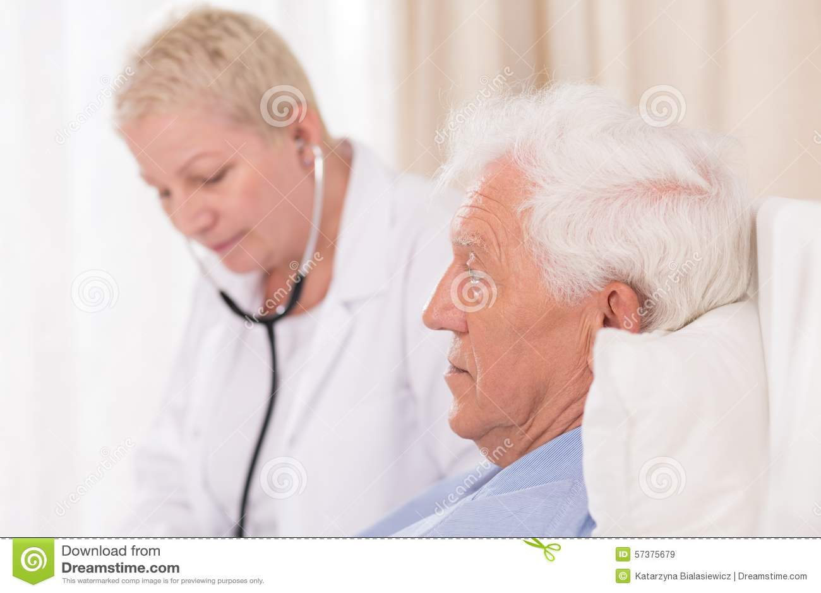 De Patiënt van artsenwith stethoscope examining