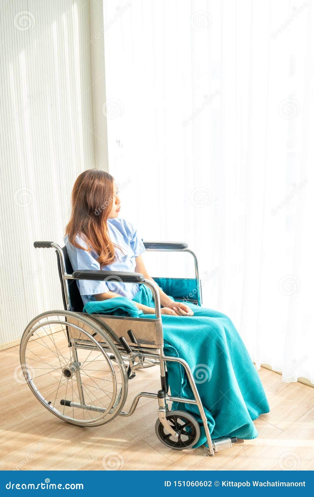 De patiënt zat op een rolstoel met een saai, droevig, hopeloos en ongerust gemaakt oog