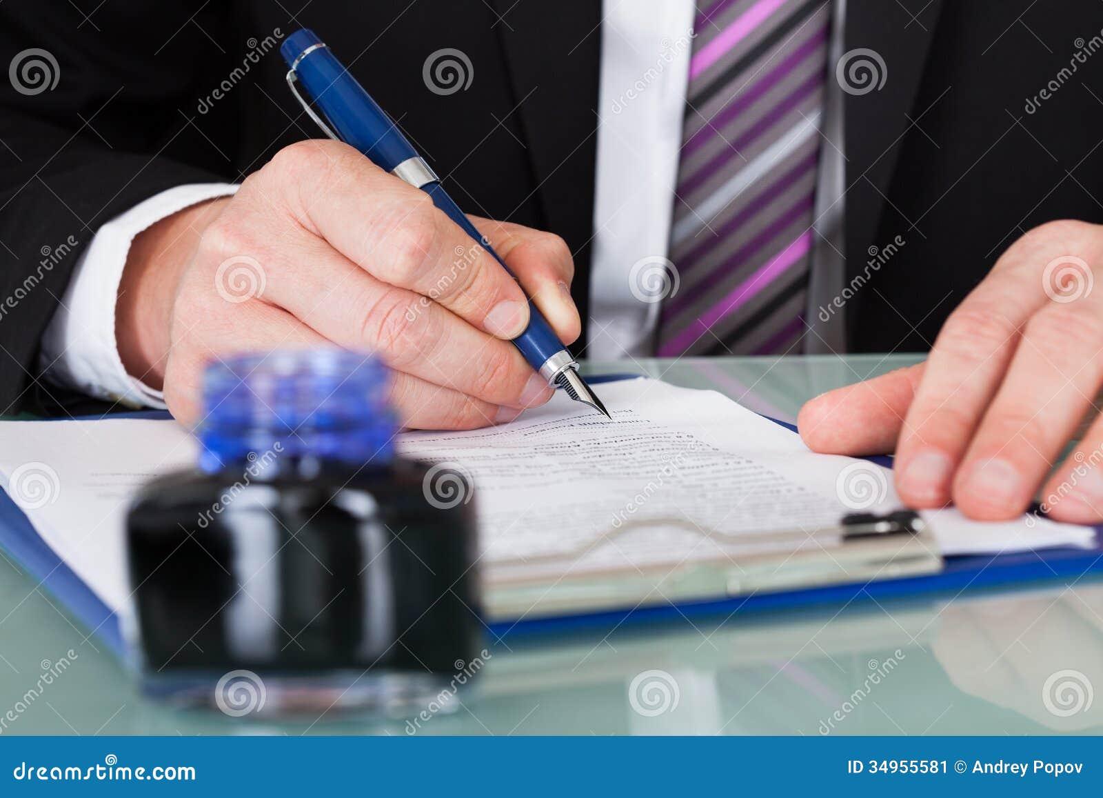 De Pen van zakenmanwriting with ink
