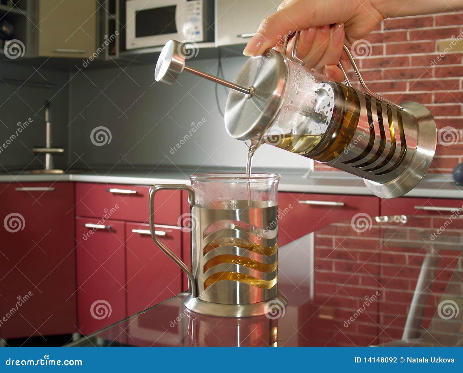 De persoon giet thee van een moderne theepot stock fotografie afbeelding 14148092 - Faience giet keuken moderne ...