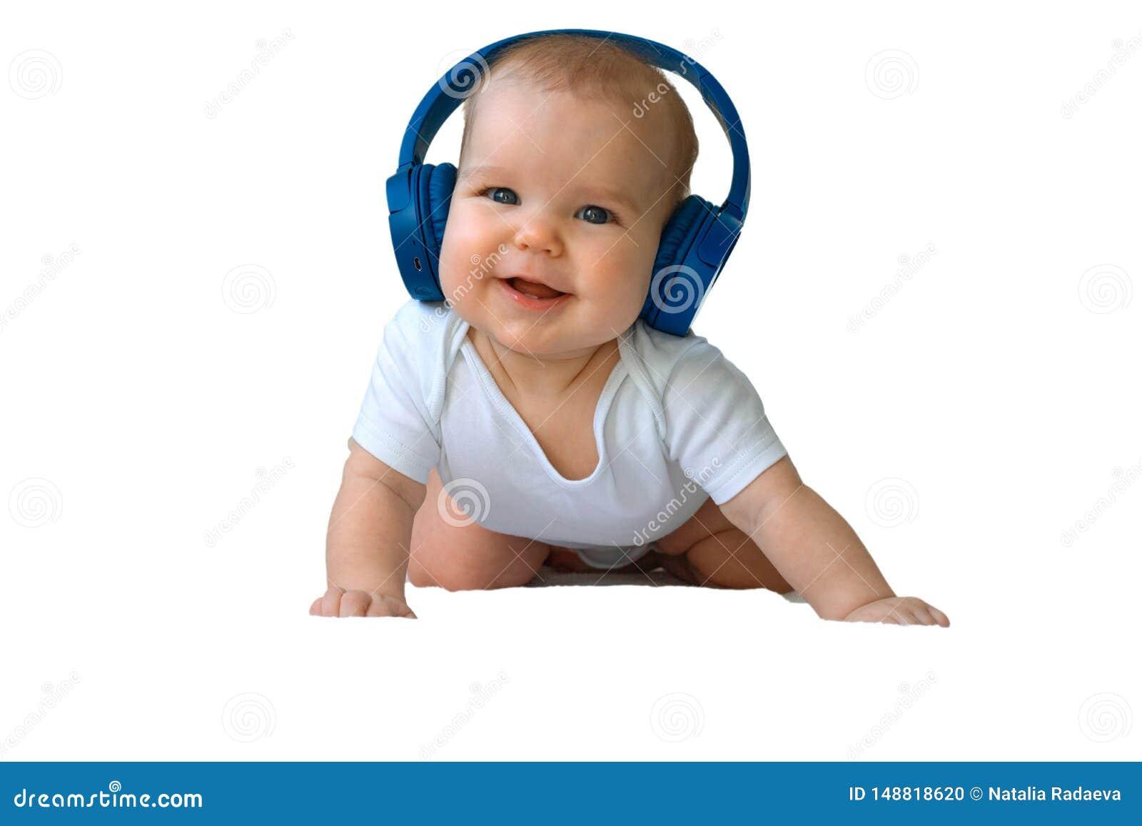 De Peuter van het babykind het Gelukkige glimlachen in draadloze blauwe hoofdtelefoons op een witte achtergrond Het concept techn
