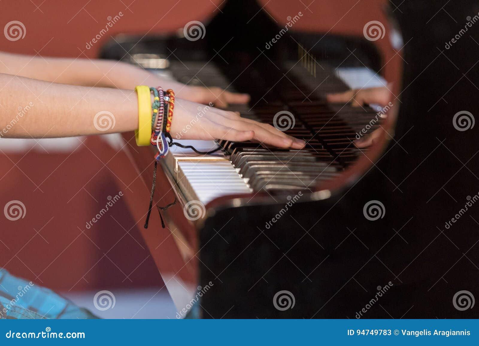 De piano van jongensspelen