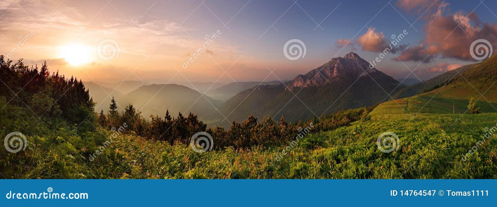 De piek van Roszutec in zonsondergang