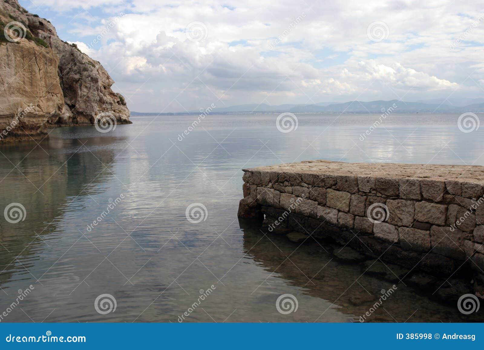 De pijler en de rotsen van de steen op overzees