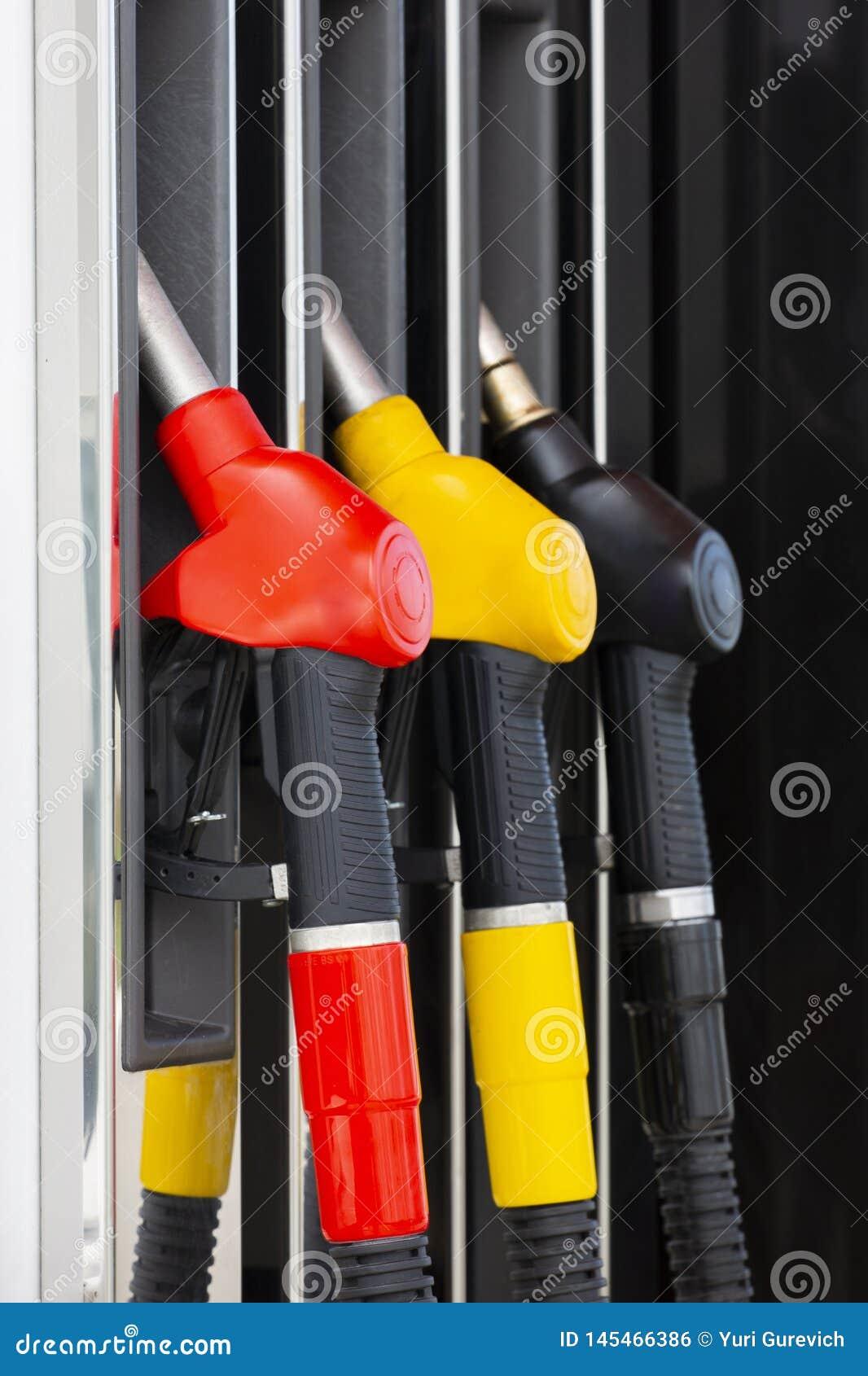 De pijpen van de close-upbrandstof op benzine en diesel De pomp van het benzinestation Mensen bijtankende benzine met brandstof i