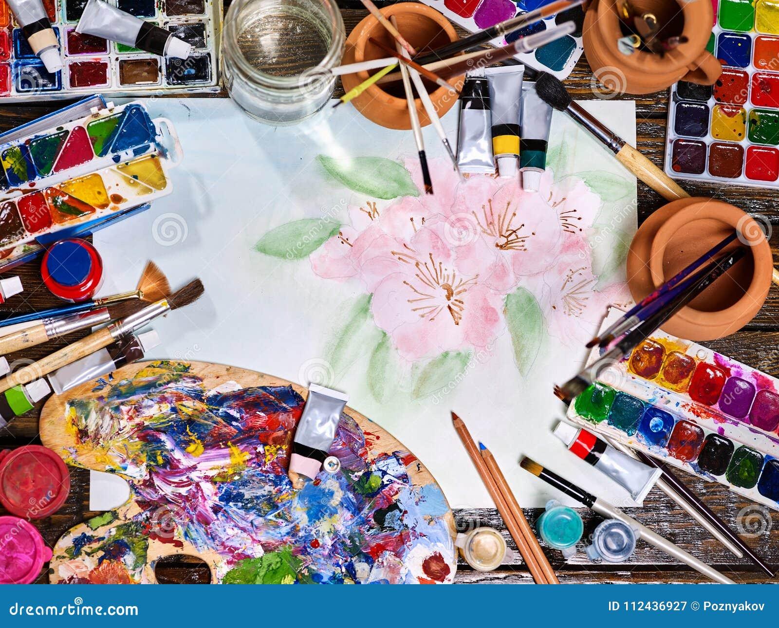 De pinceaux toujours la vie authentique sur la table à l école de classe d art