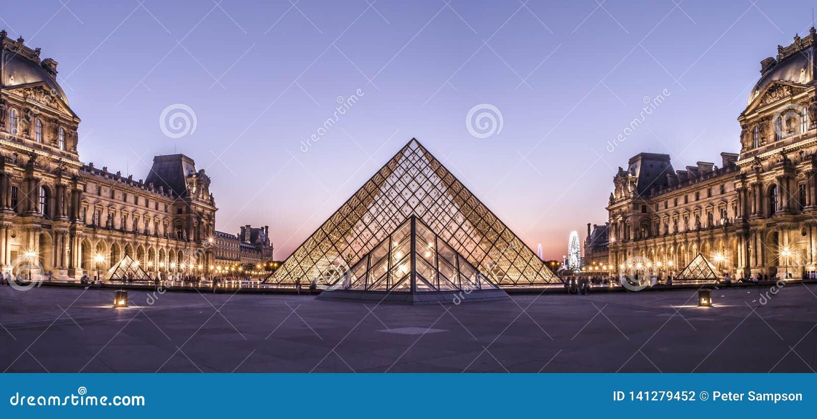 De Piramide van het Louvremuseum