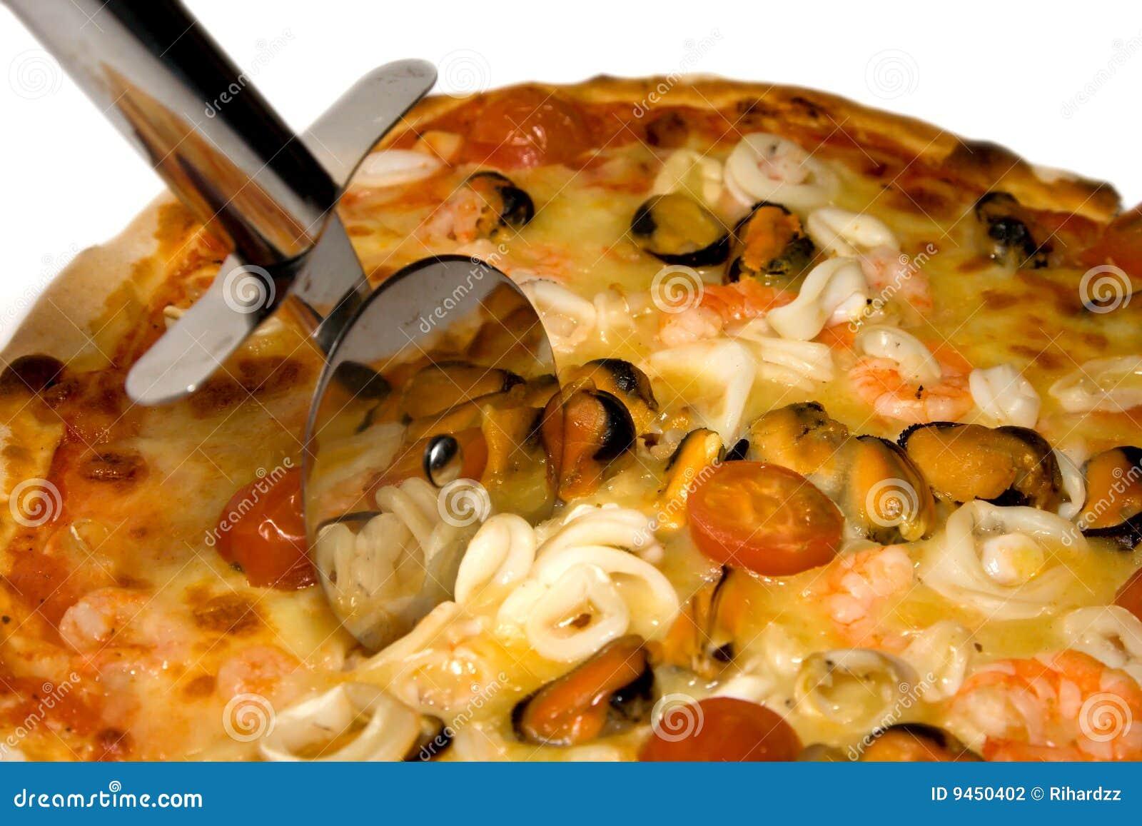 De pizza en de snijder van zeevruchten