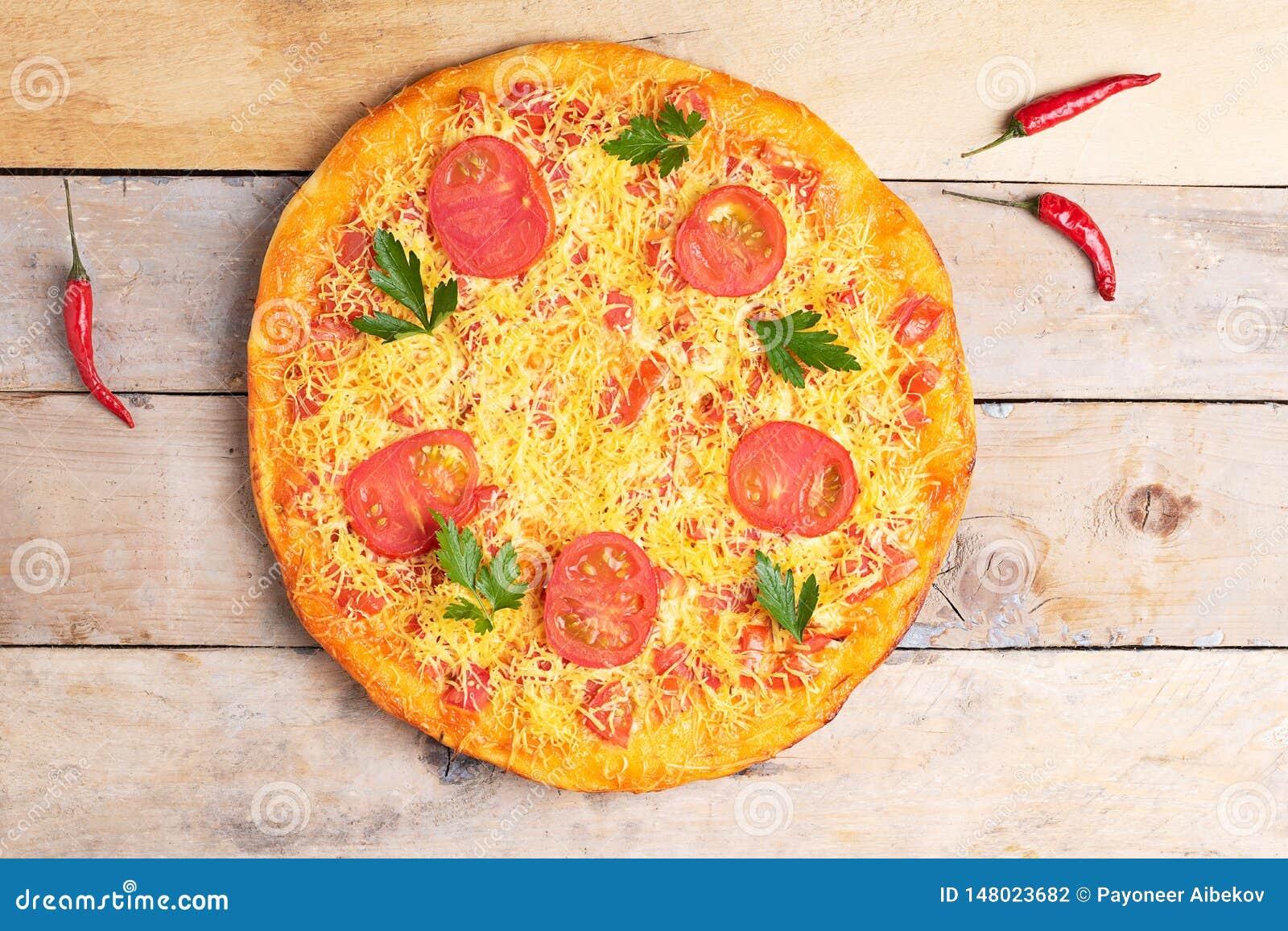 De pizza van kaasmargarita met tomaten en basilicum, veganistmaaltijd op houten rustieke lijst, hoogste mening