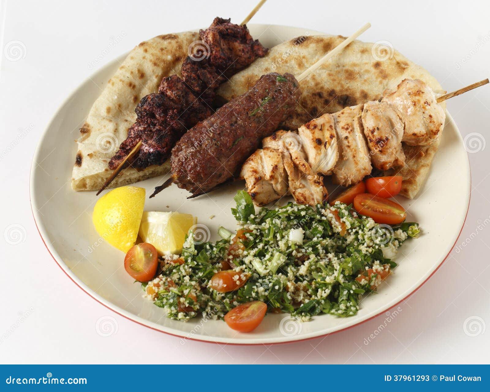 De plaat van de barbecuekebab met tabouleh