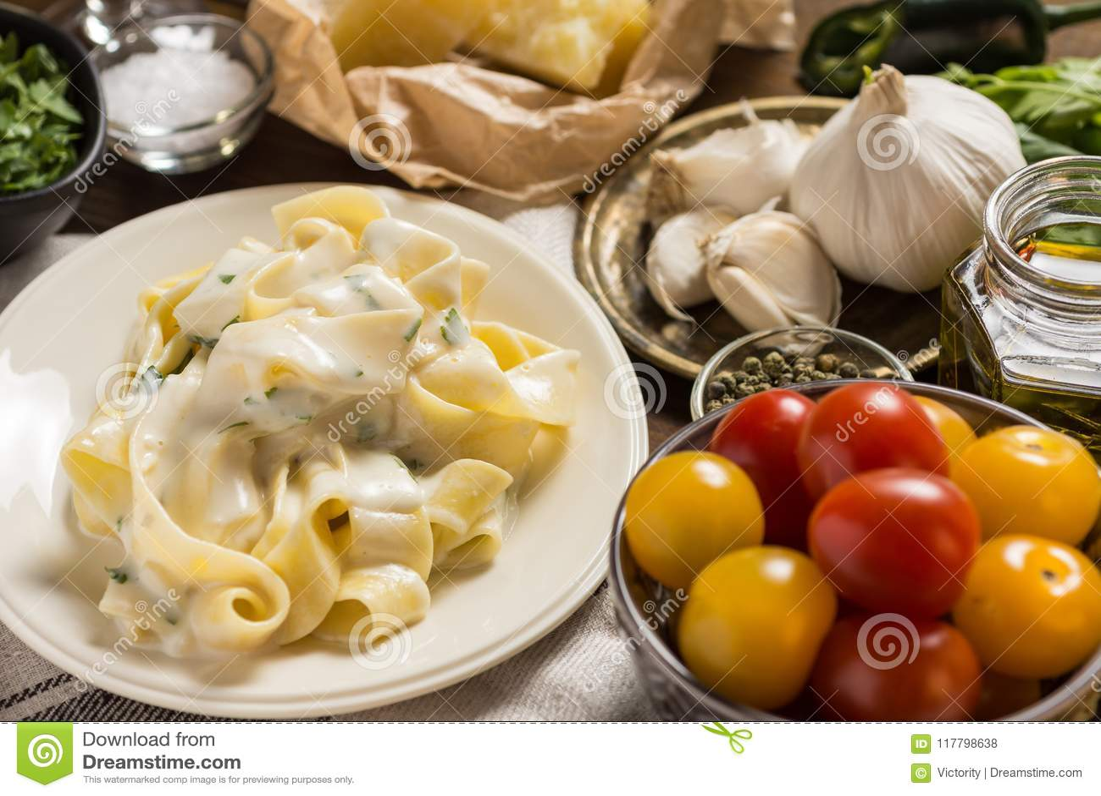 De Plaat van Fettuccinedeegwaren met Romig Alfredo Sauce